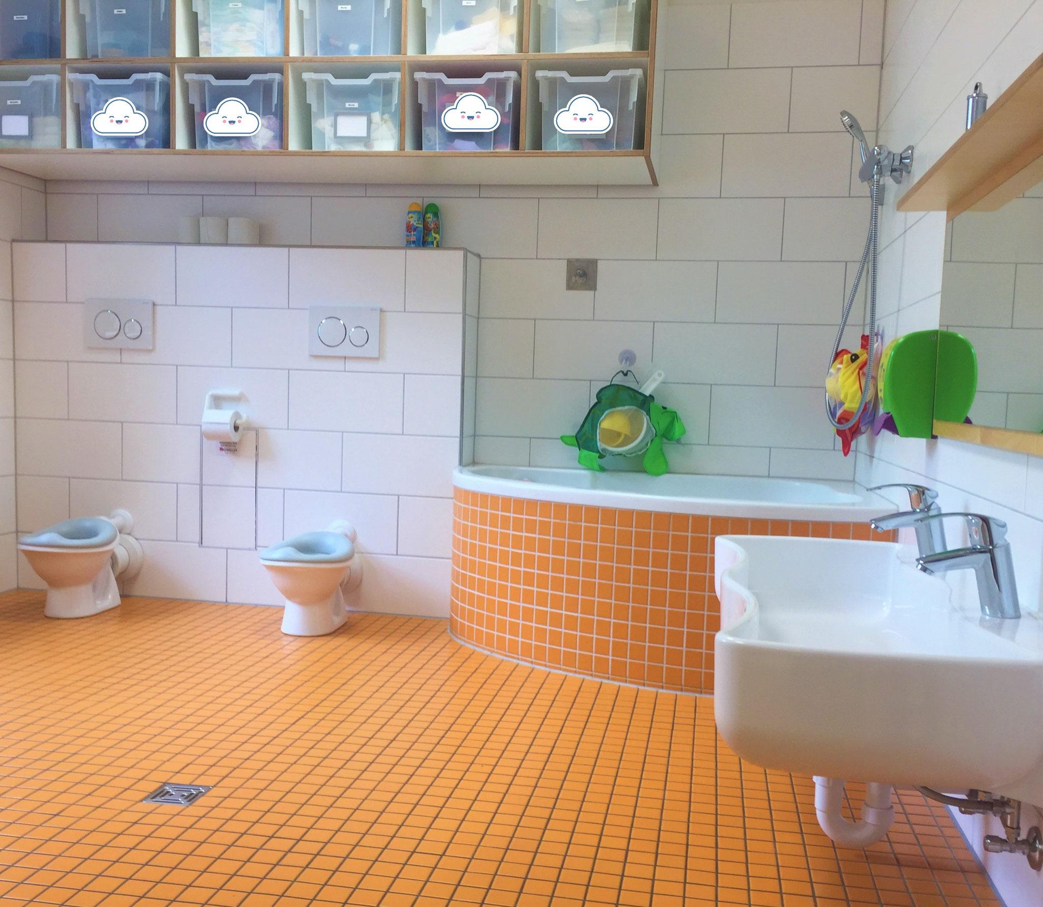 Krippenbad mit altersgerechten Toiletten/Waschbecken und Badewanne