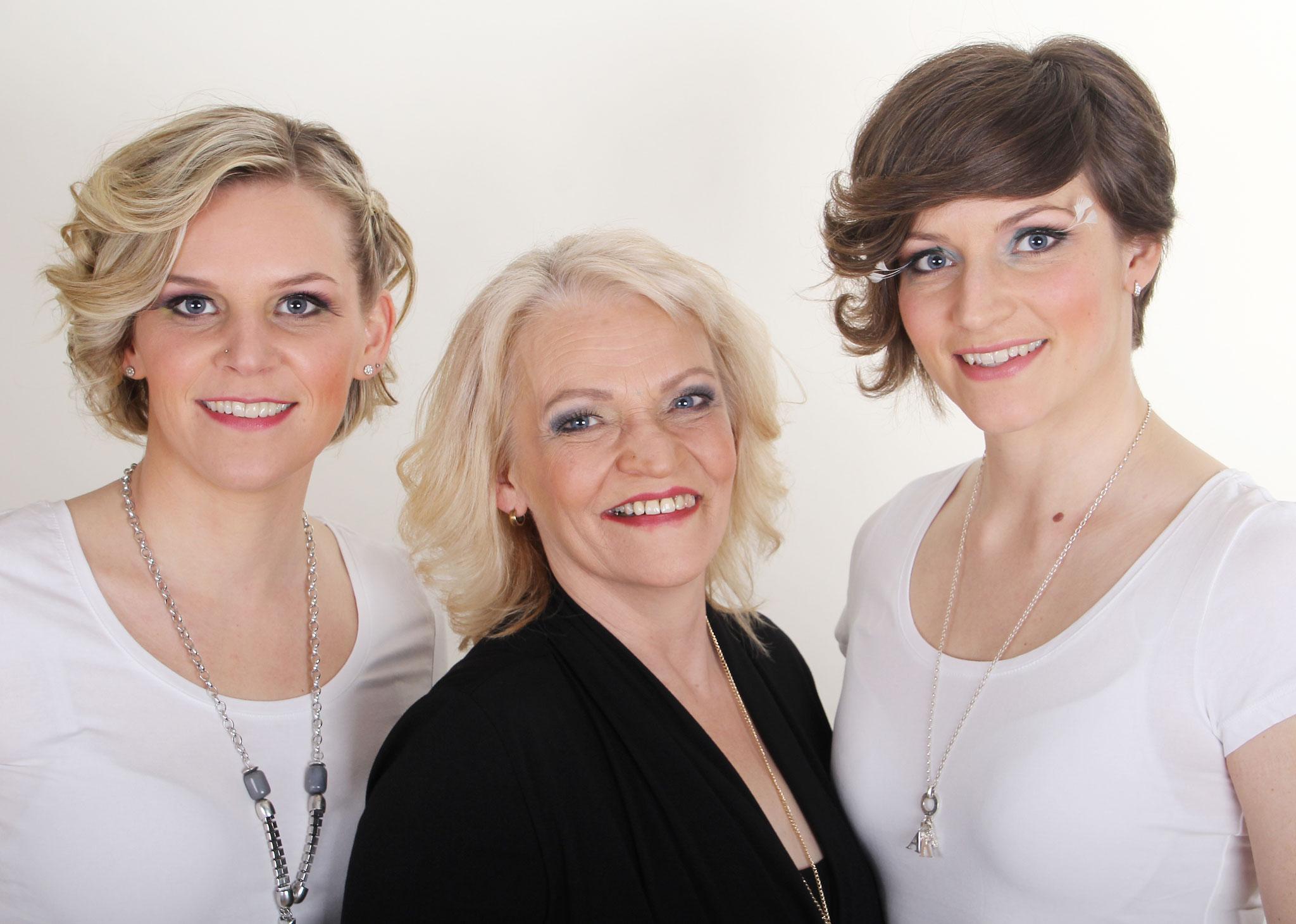 Mutter mit ihren zwei Töchtern nach einem Styling