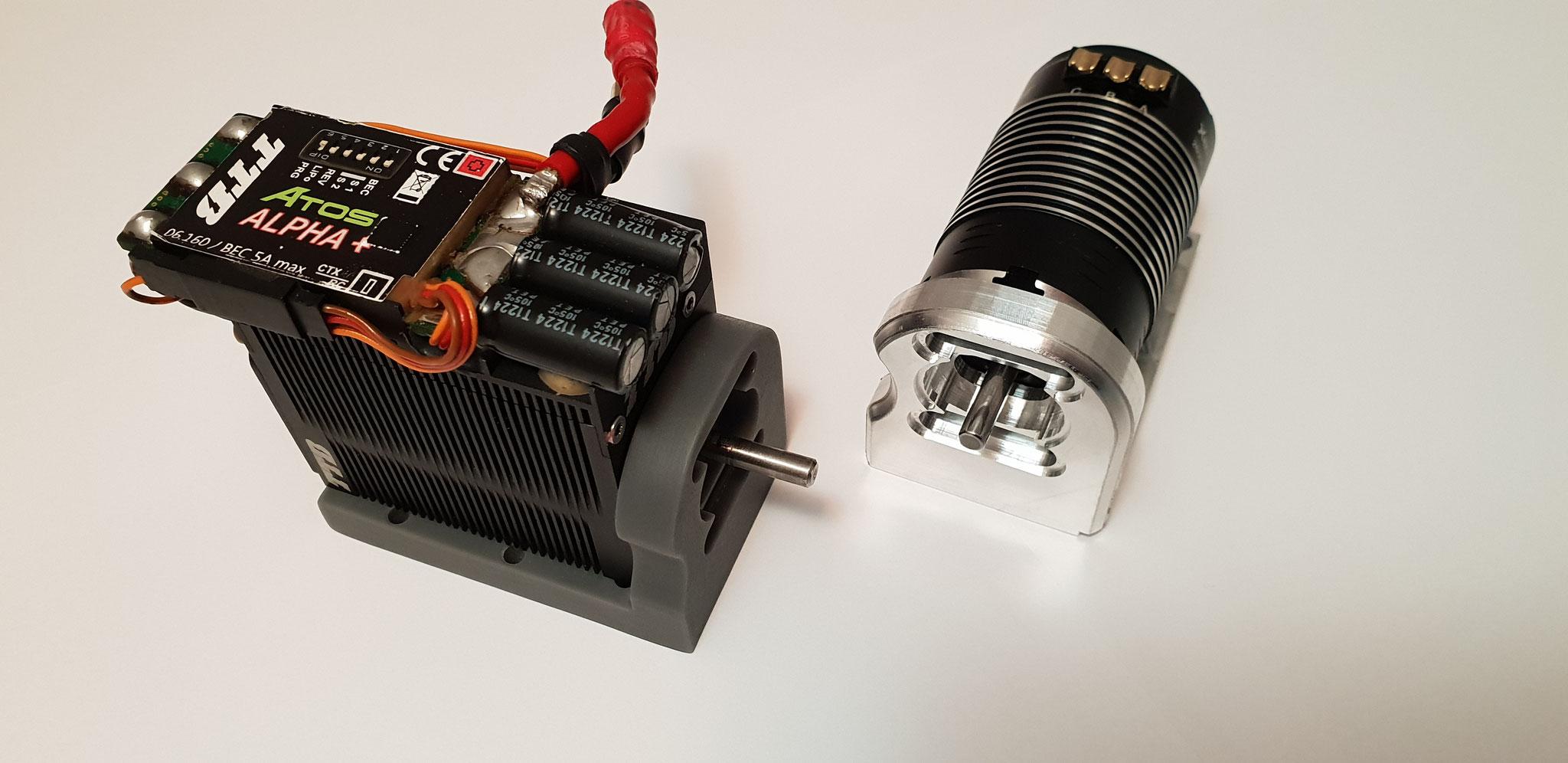 Verbau der beiden Motorenvarianten: Links TTB-Combo mit Verschraubung auf der Unterseite, rechts Hobbywing Motor mit Anschluss an der Stirnfläche