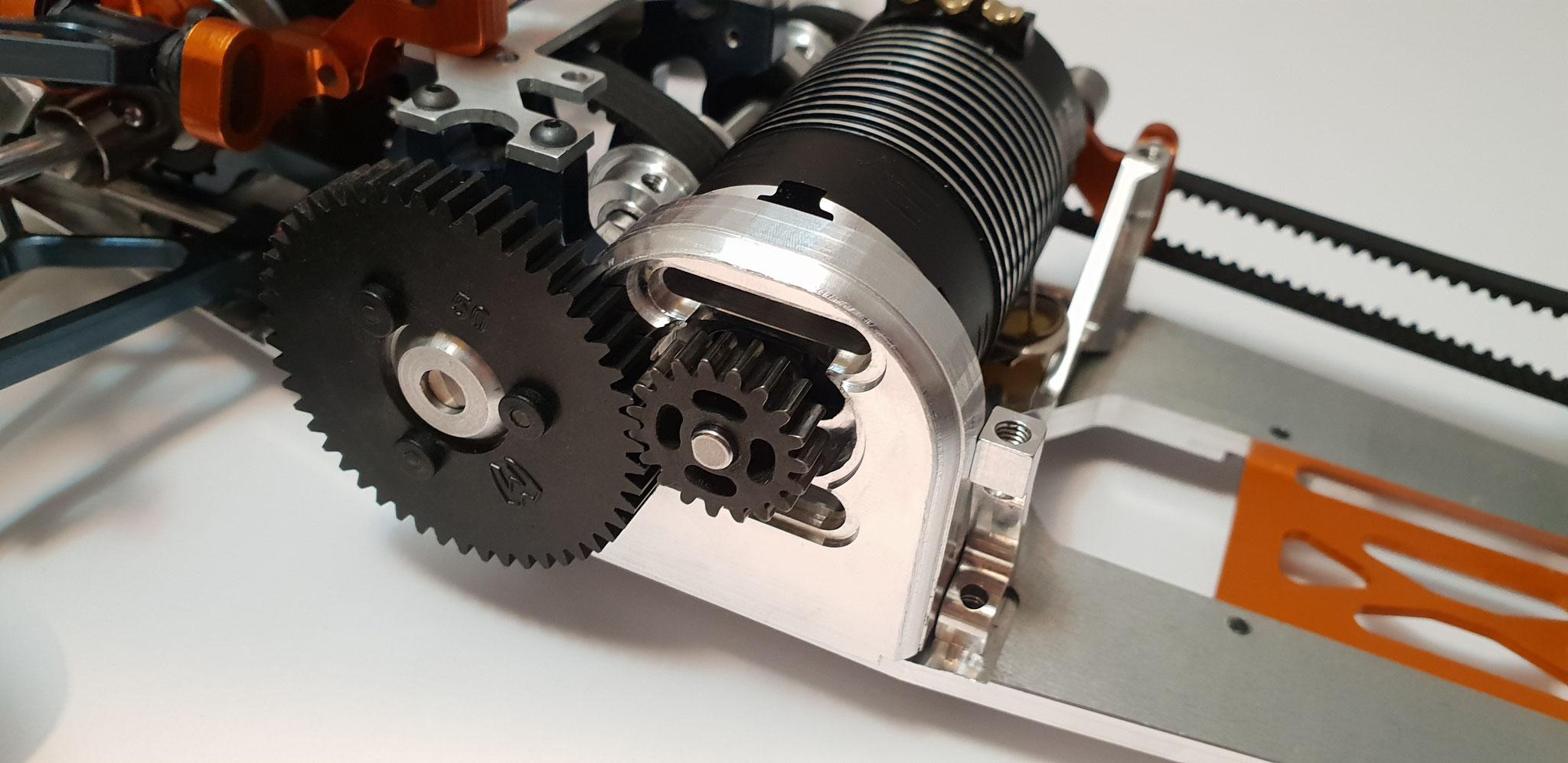 Erster Verbau im Fahrzeug: CNC-gefräster Motorträger nimmt Hobbywing Elektromotor auf, um einen soliden Antrieb zu gewährleisten
