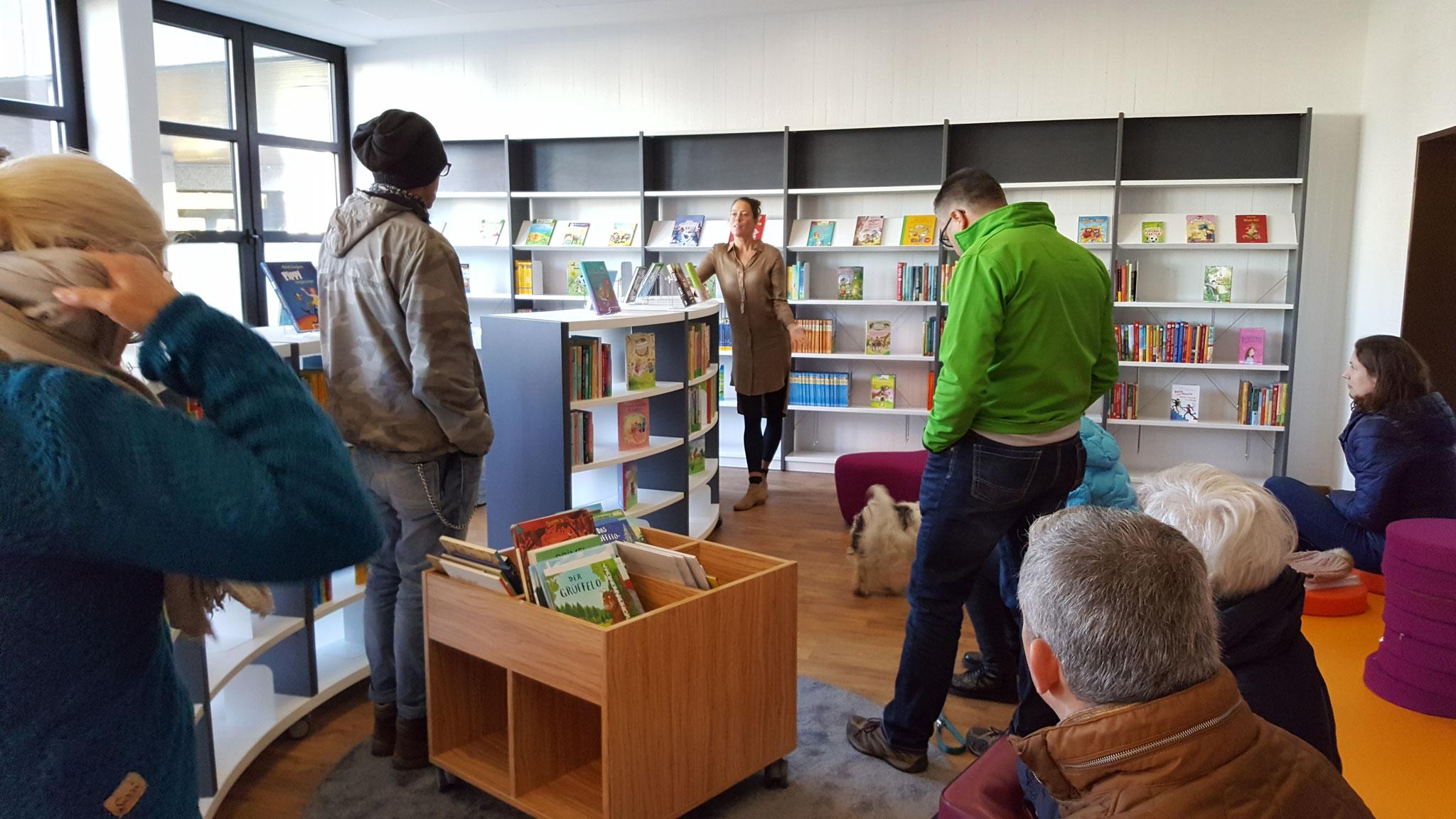 """Die Direktorin Sonja Kleine erzählt voller Stolz von dem Projekt """"Schülerbücherei"""""""