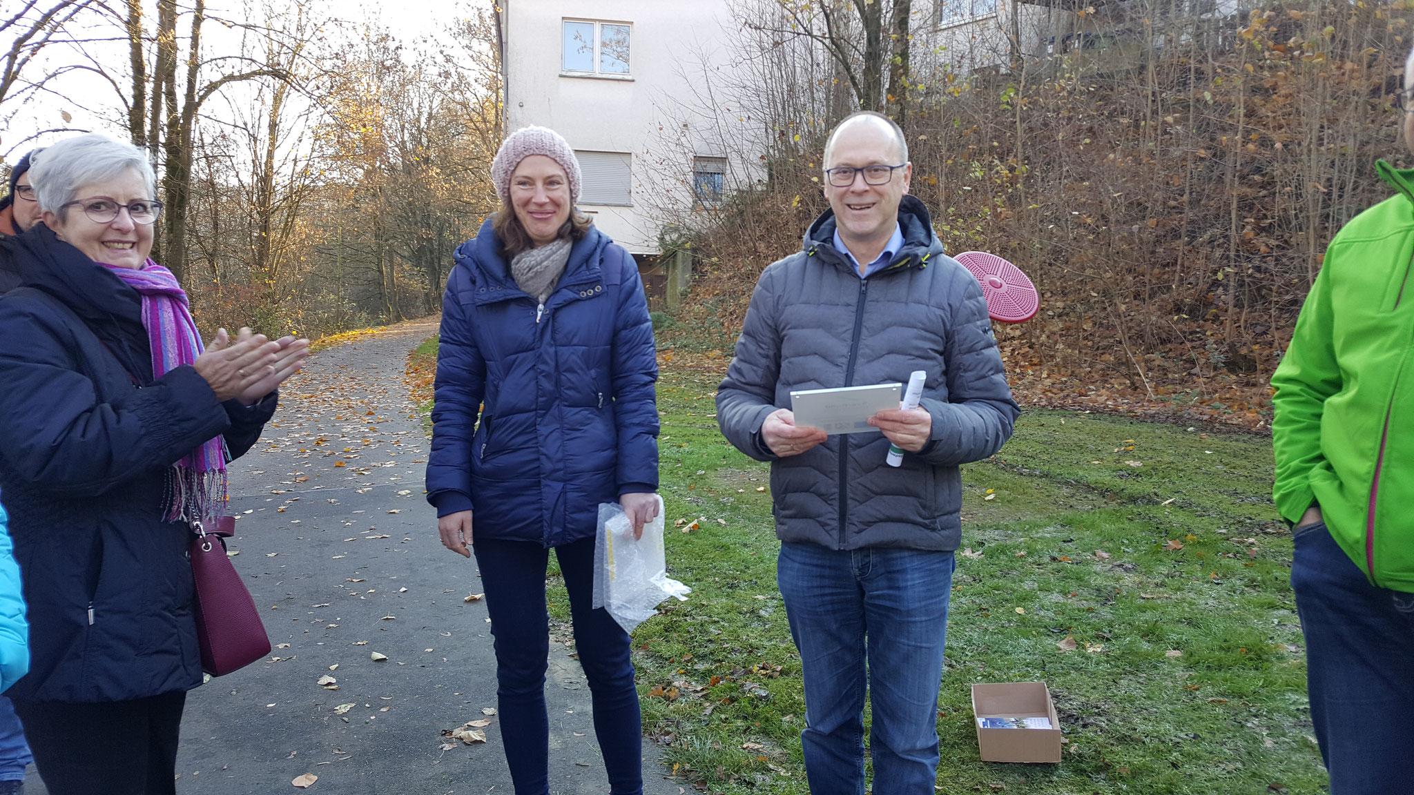 Kathrin Hunstig-Bockholt überreicht Heiner Kutscher die Fördertafel