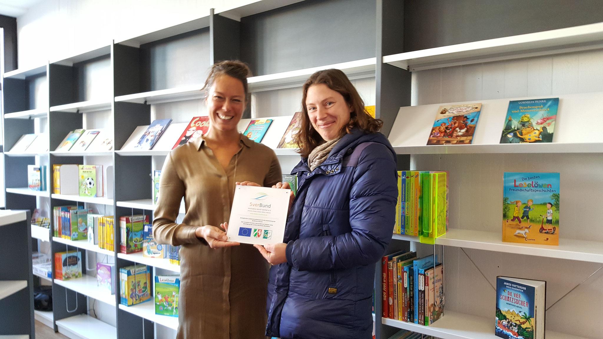 Sonja Kleine erhält eine Fördertafel für die Schülerbücherei