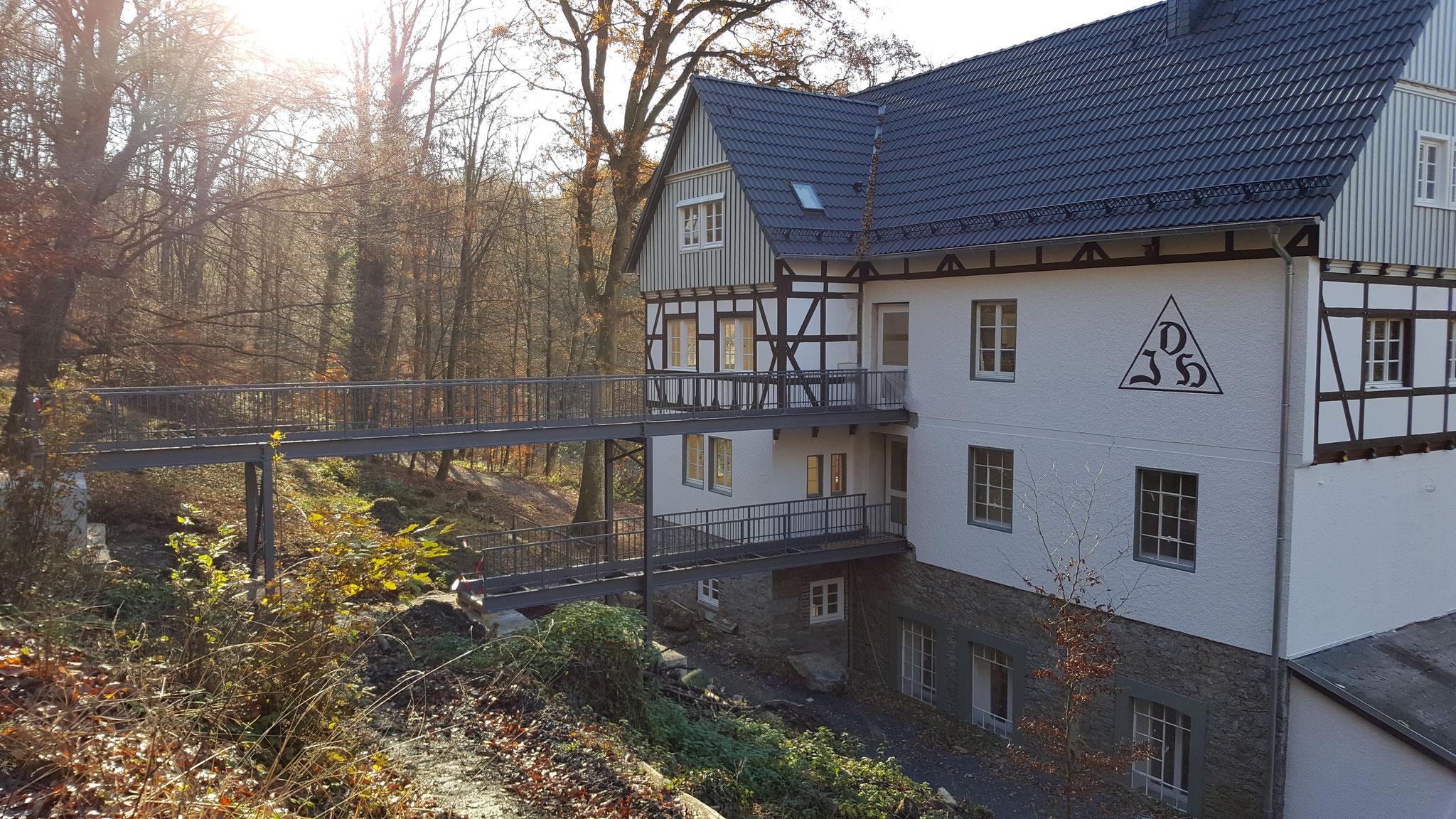 Die barrierefreien Brücken vom Höhlenausgang zum Besucherzentrum sind bereits installiert