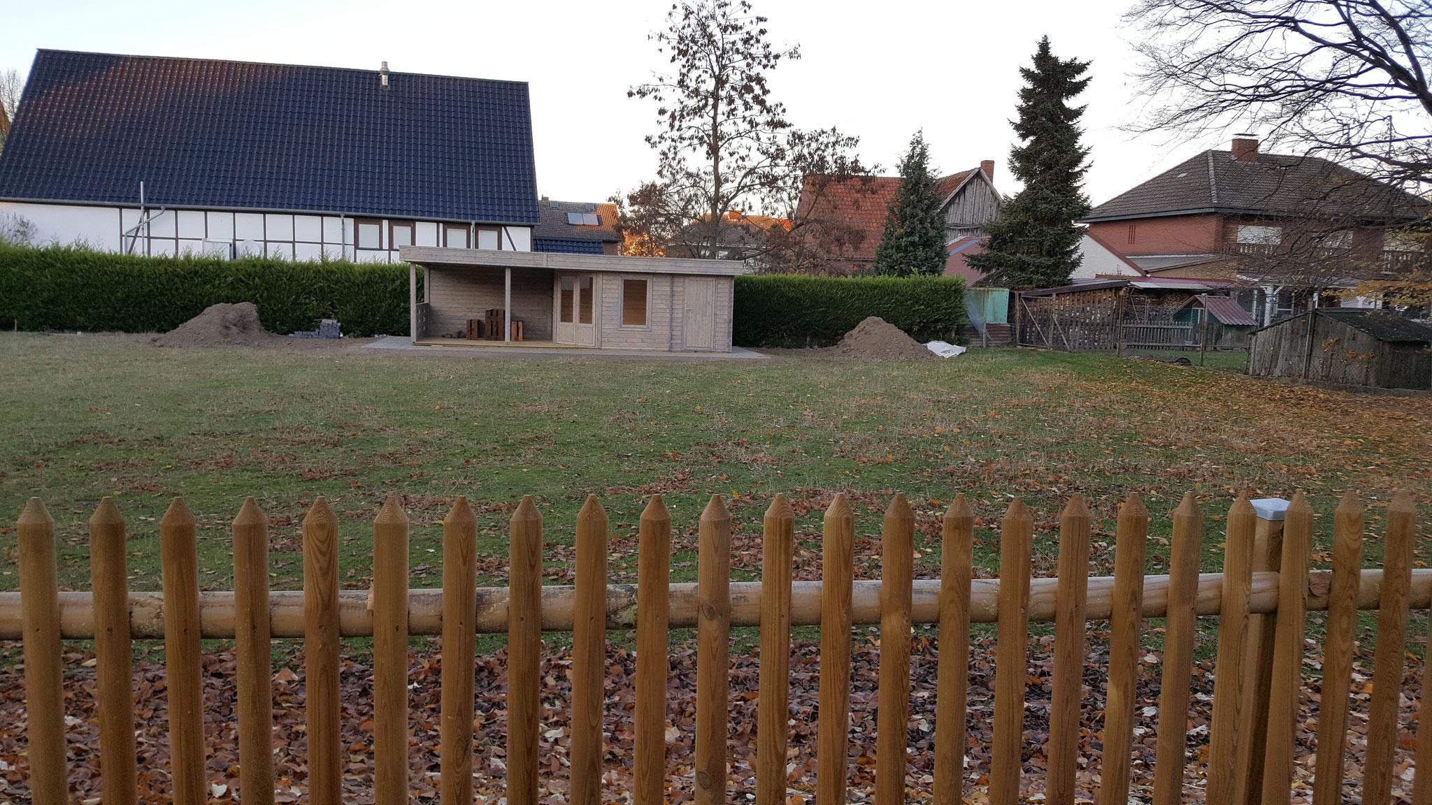 Das Gartenhaus des zukünftigen Integrationsgartens steht schon