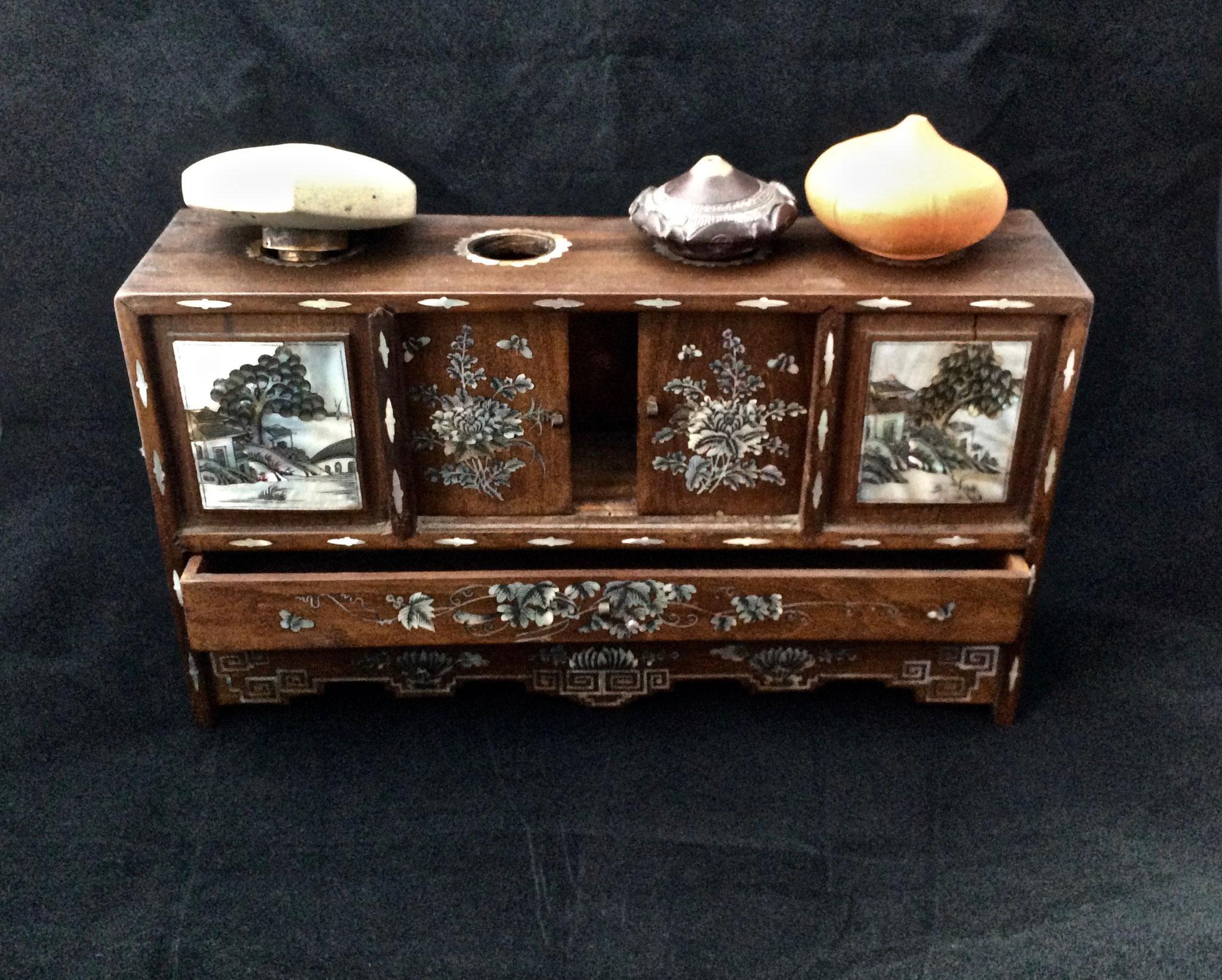 Petit meuble à opium (–> Accessoires)