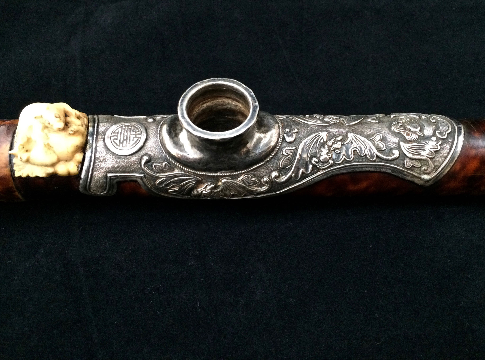 Selle en argent sur pipe en écaille (–> Pipes)