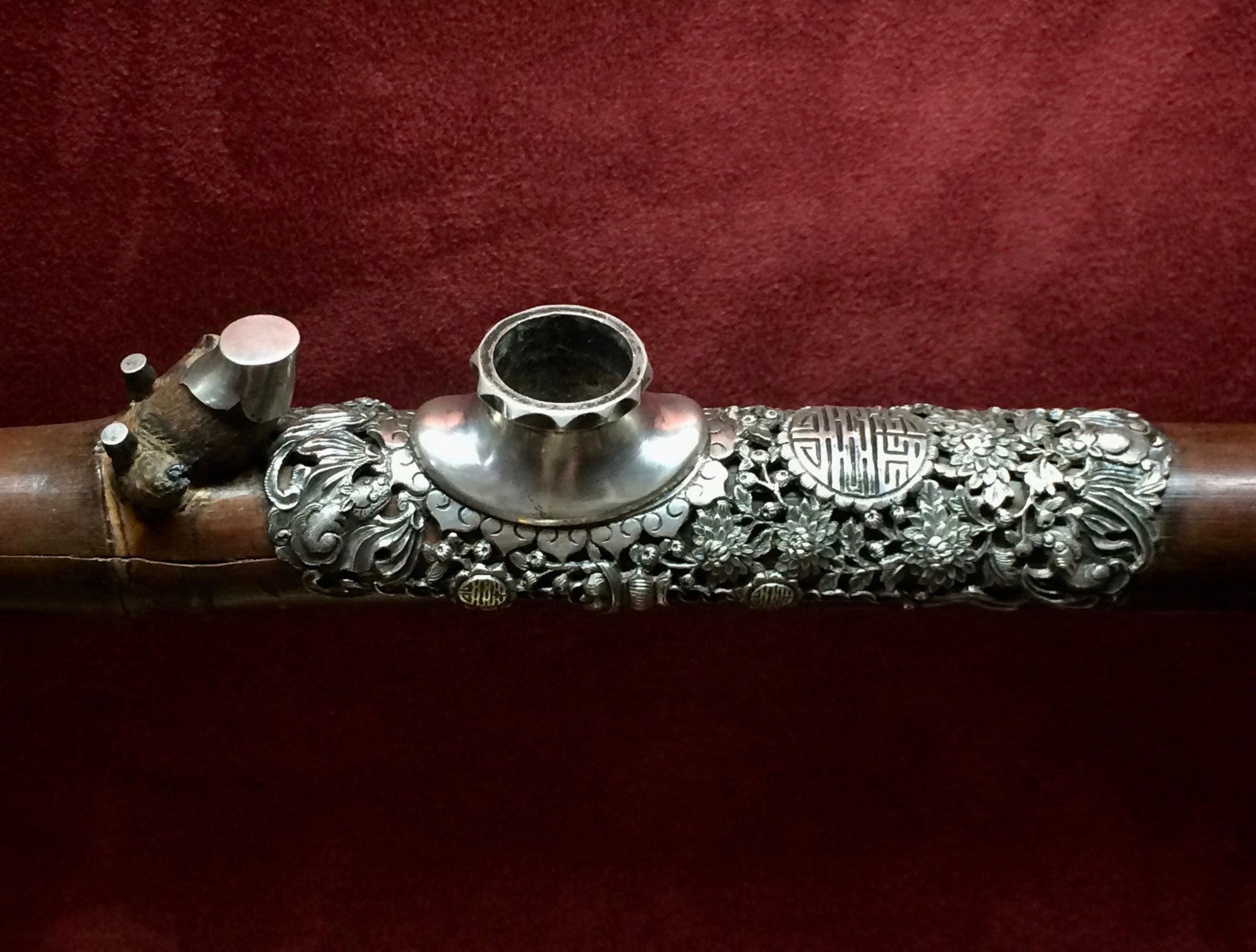 Silver chiseled saddle (–> Pipes et fourneaux)