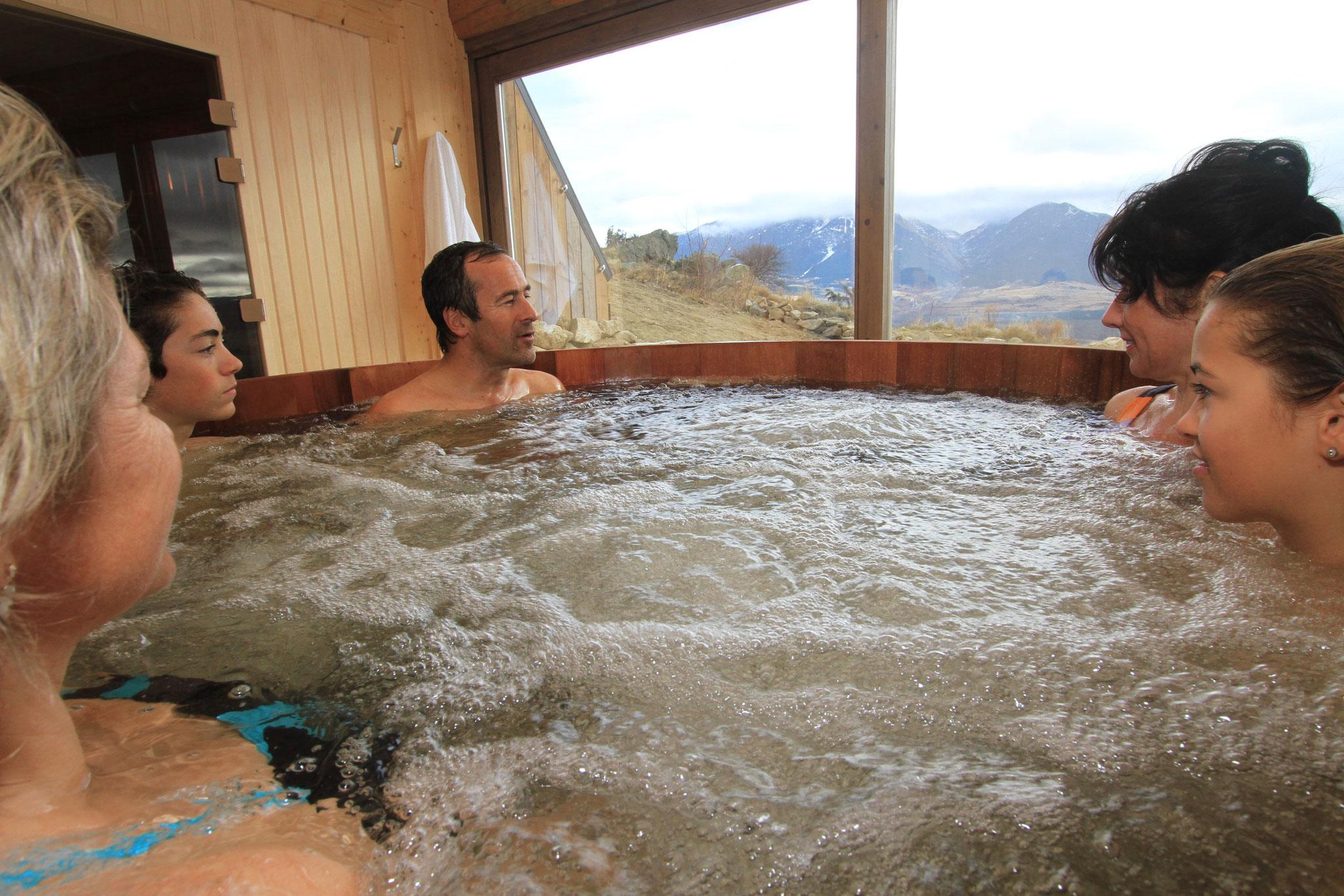 Relaxez-vous dans notre Spa en plein air ou abrité, devant une vue imprenable