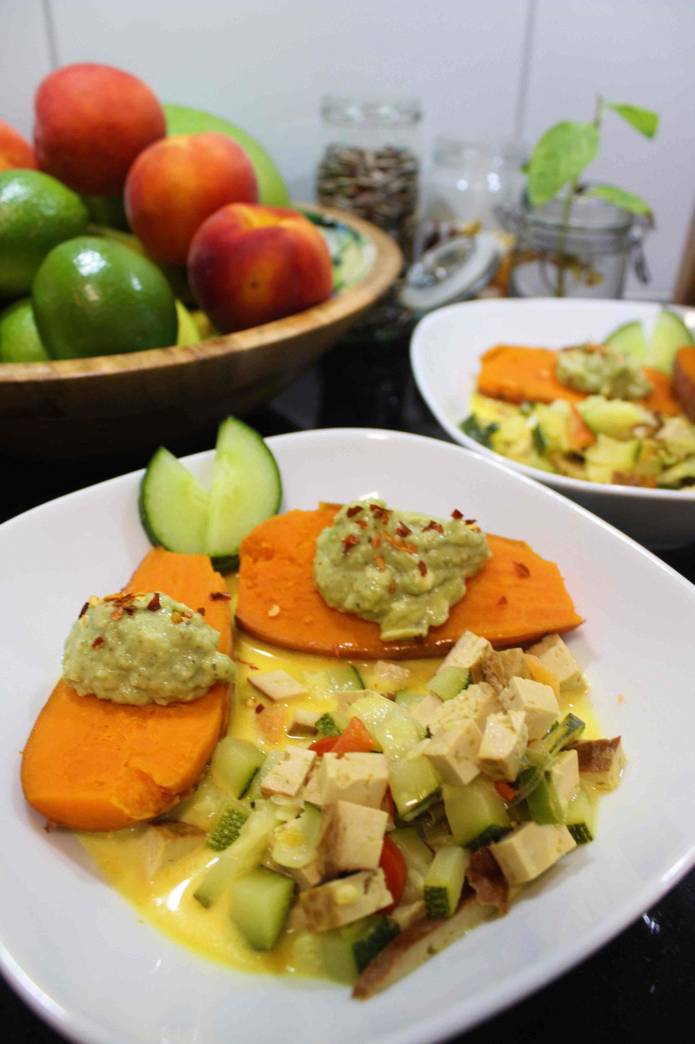 Süsskartoffeln mit Guacamole und einem Tofucurry