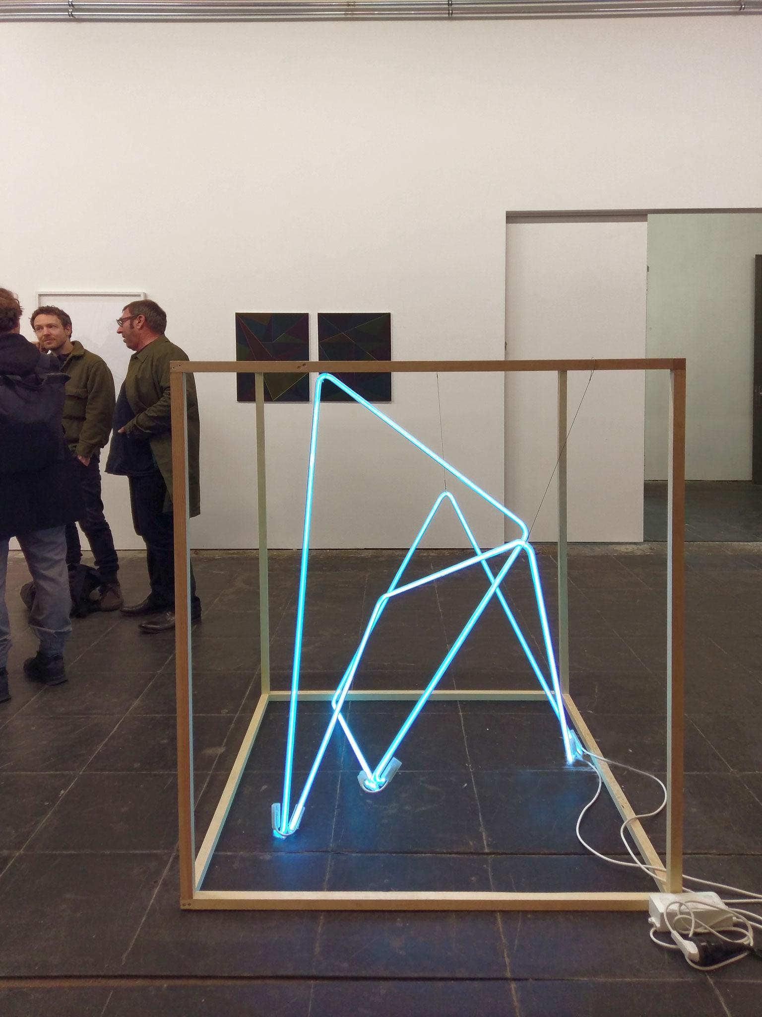 three lines eight corners 02, 2019, Neonglas je 300 cm, Kubus Holz 125 x 115 x 115 cm, Adria Berlin
