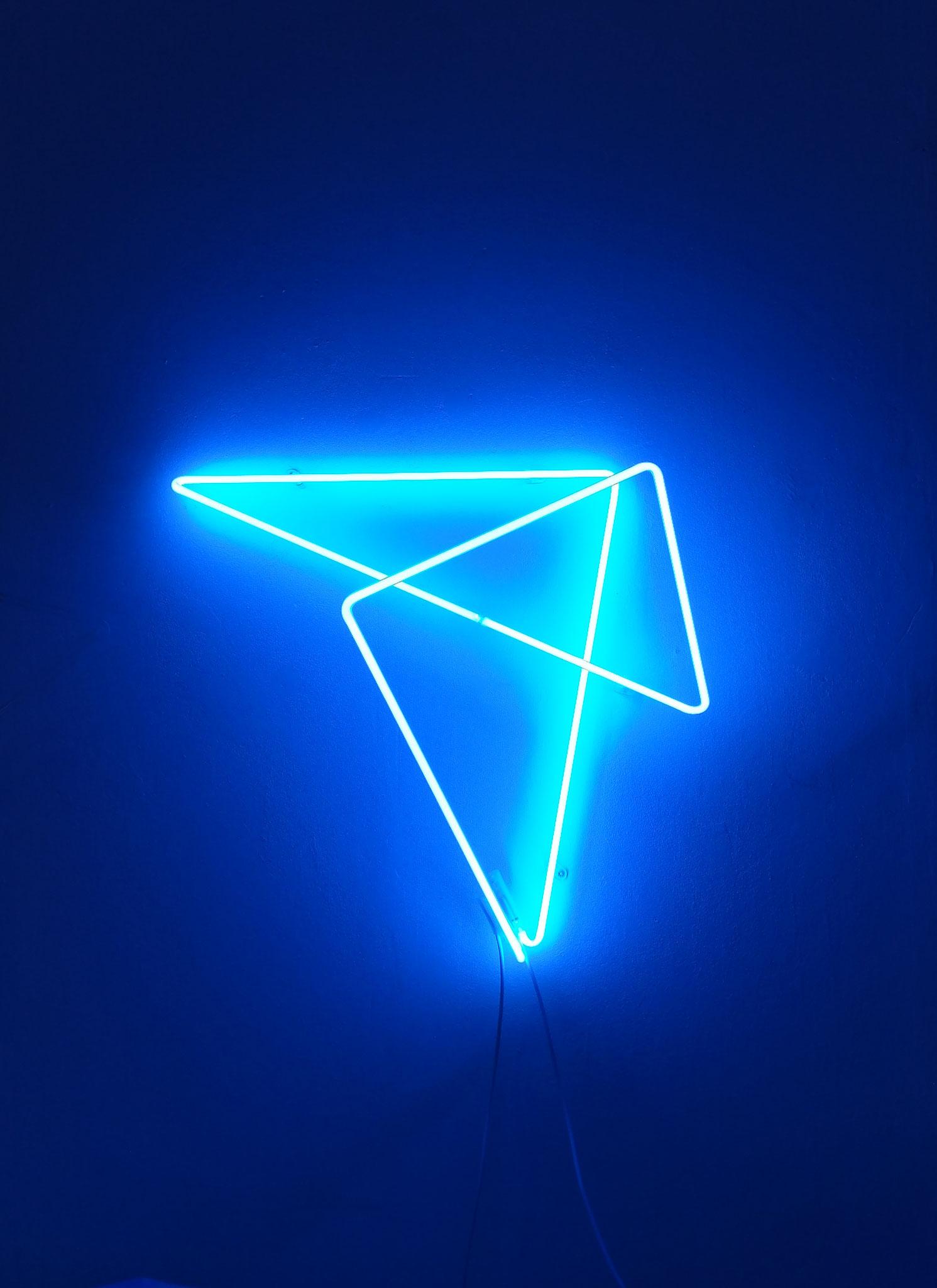 one line six corners, 2021, Edition 2, 2 von 3, Neon blau, circa 55 x 60 x 30 cm