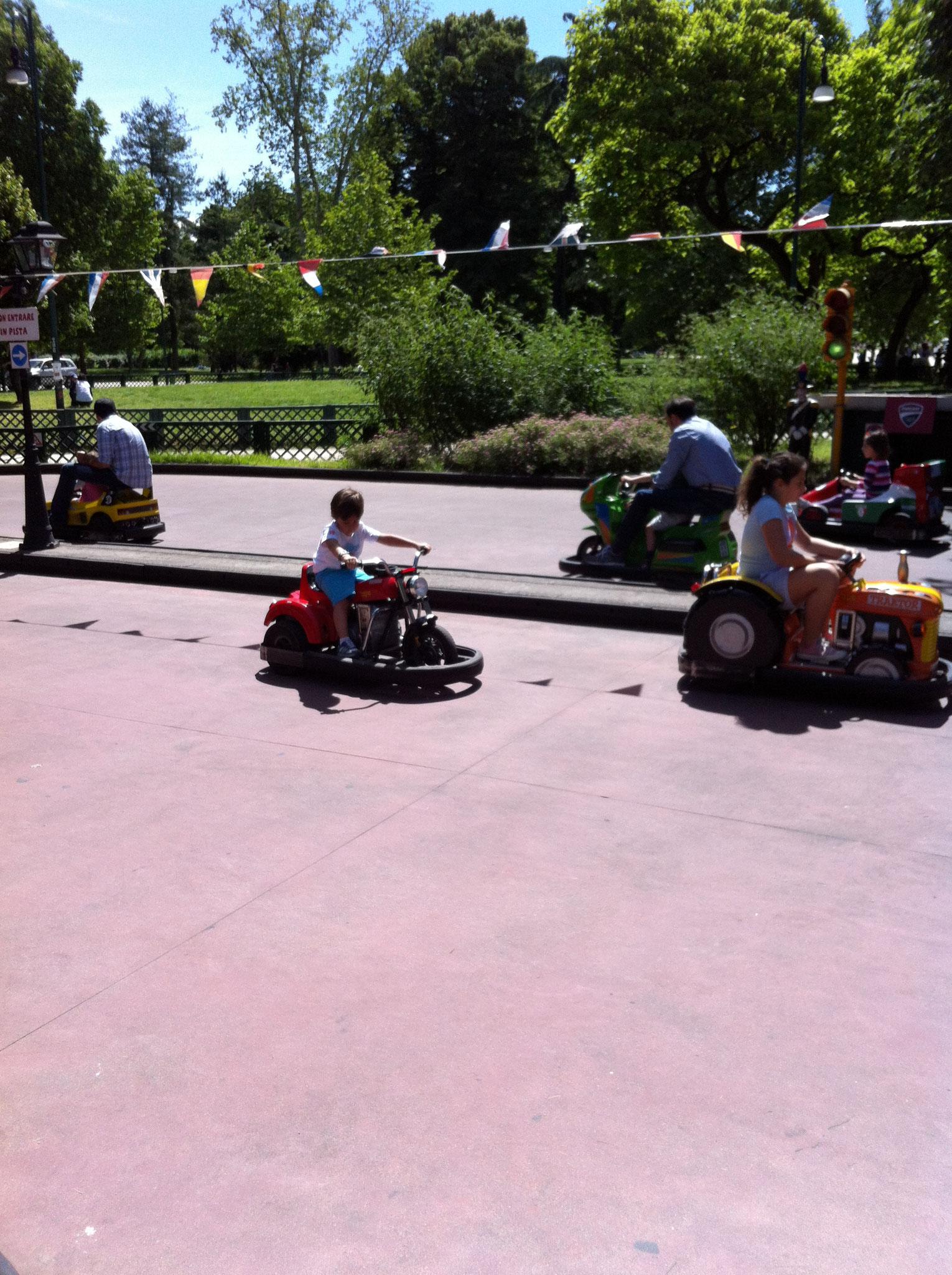 """Parque Sempione: Lago, museo, edificios históricos, columpios y atracciones infantiles. La """"Arena"""""""