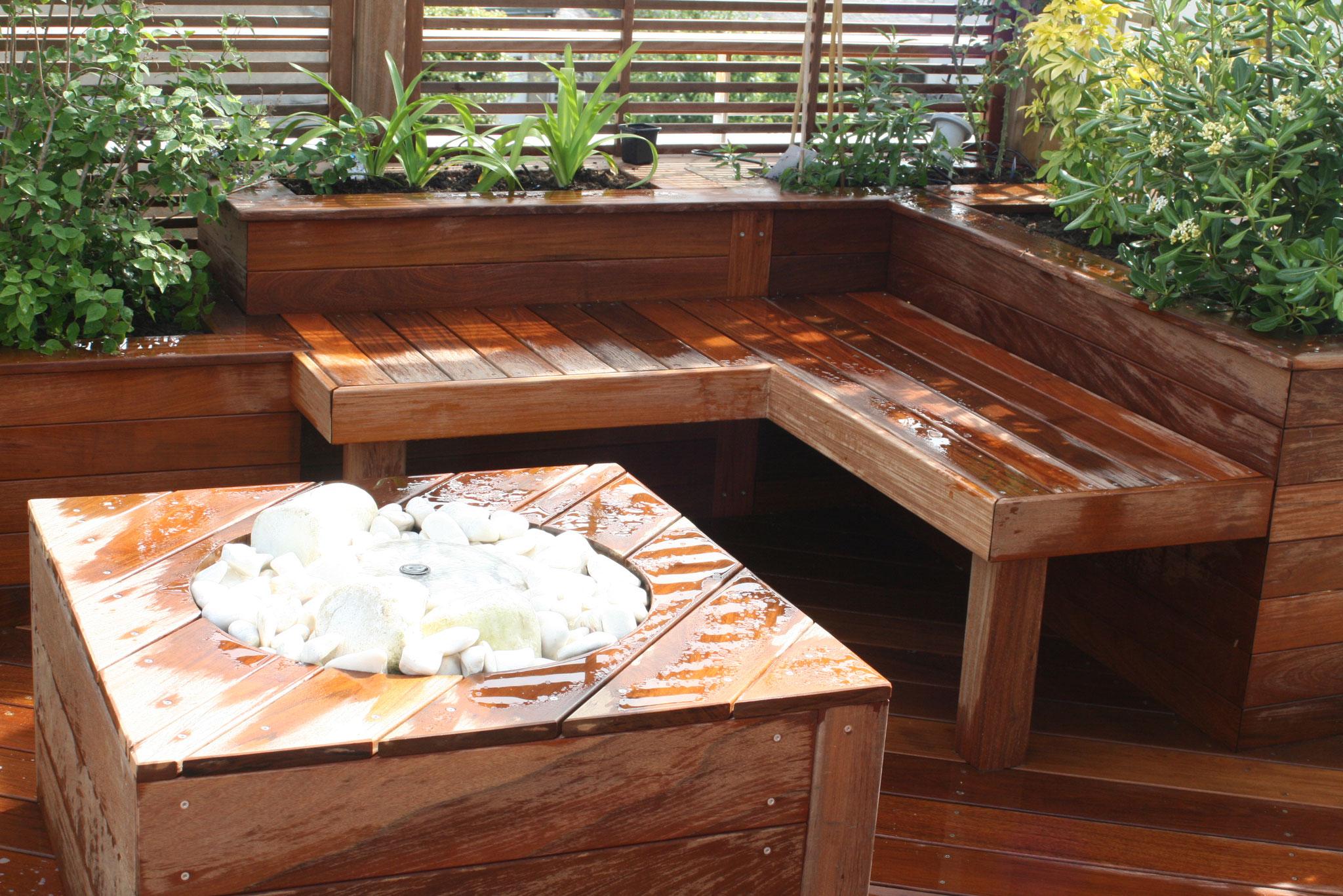 Terrasse en IPE, bancs et brises vues, table fontaine