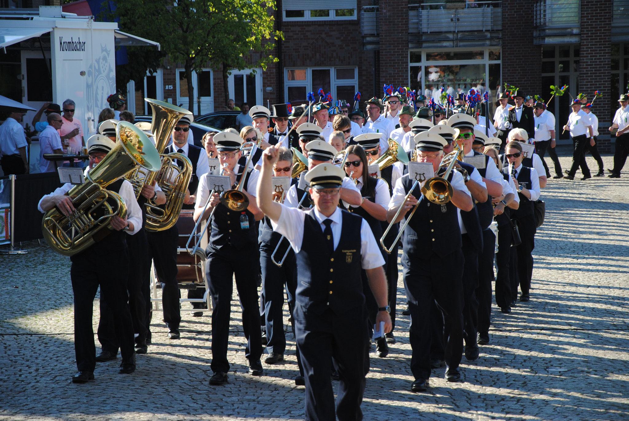 Das Regiment wird immer von vielen Orchestern unterstützt