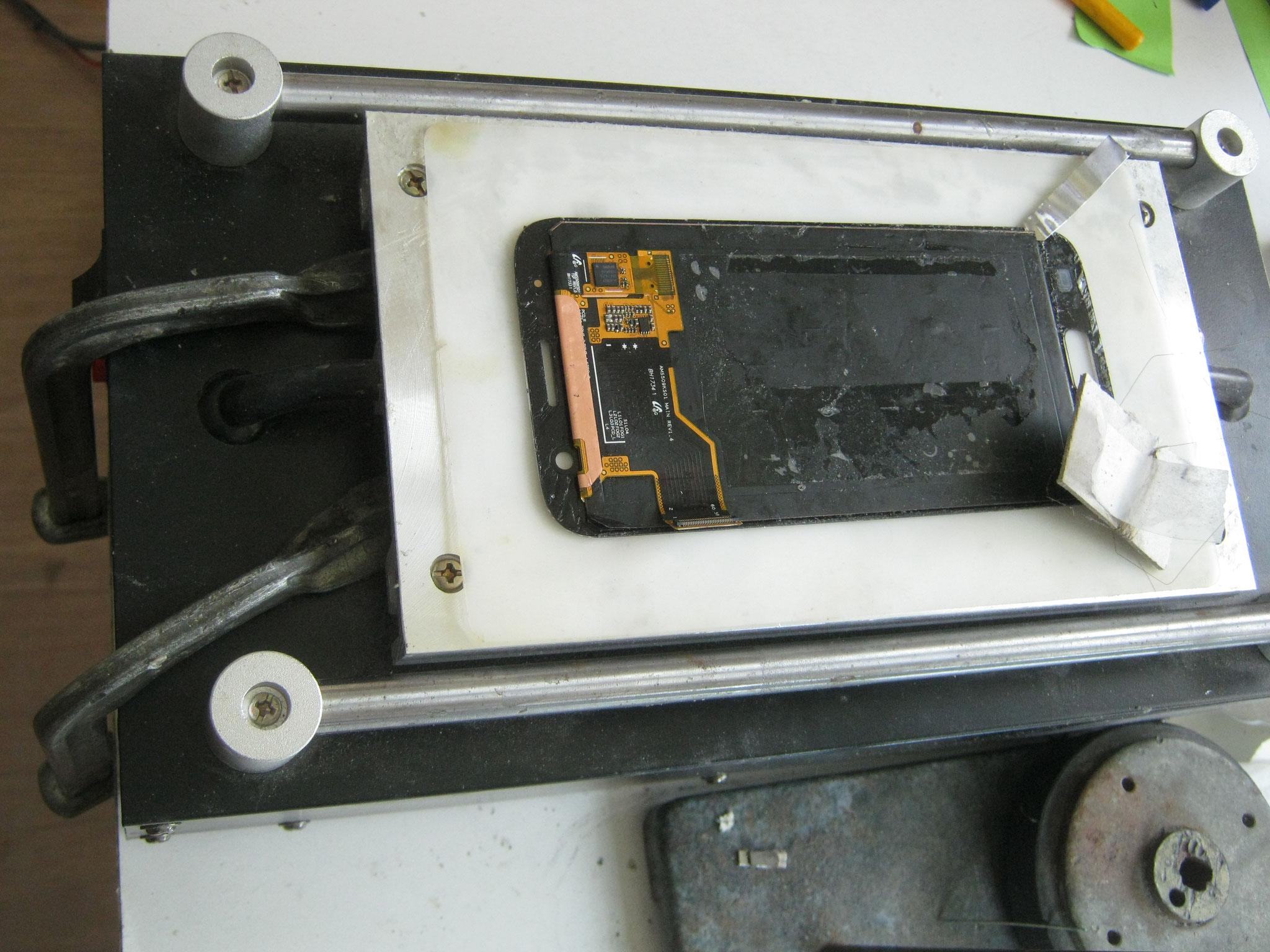 Lcd liegt auf einer Heizplatte die den Kleber erweicht