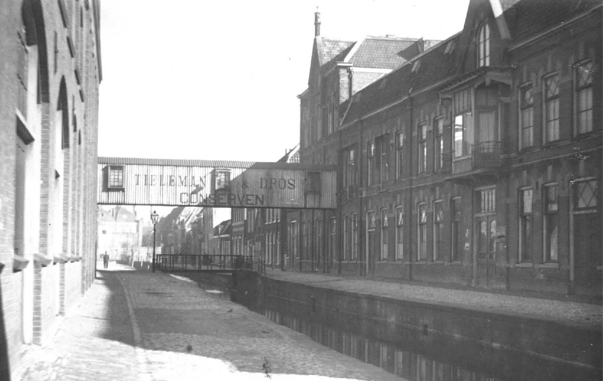 Tieleman & Dros conserven - industrie. In de jaren 70 was er veel industrie aan de Middelstegracht. Hier is  goed te zien hoe de gracht vroeger liep