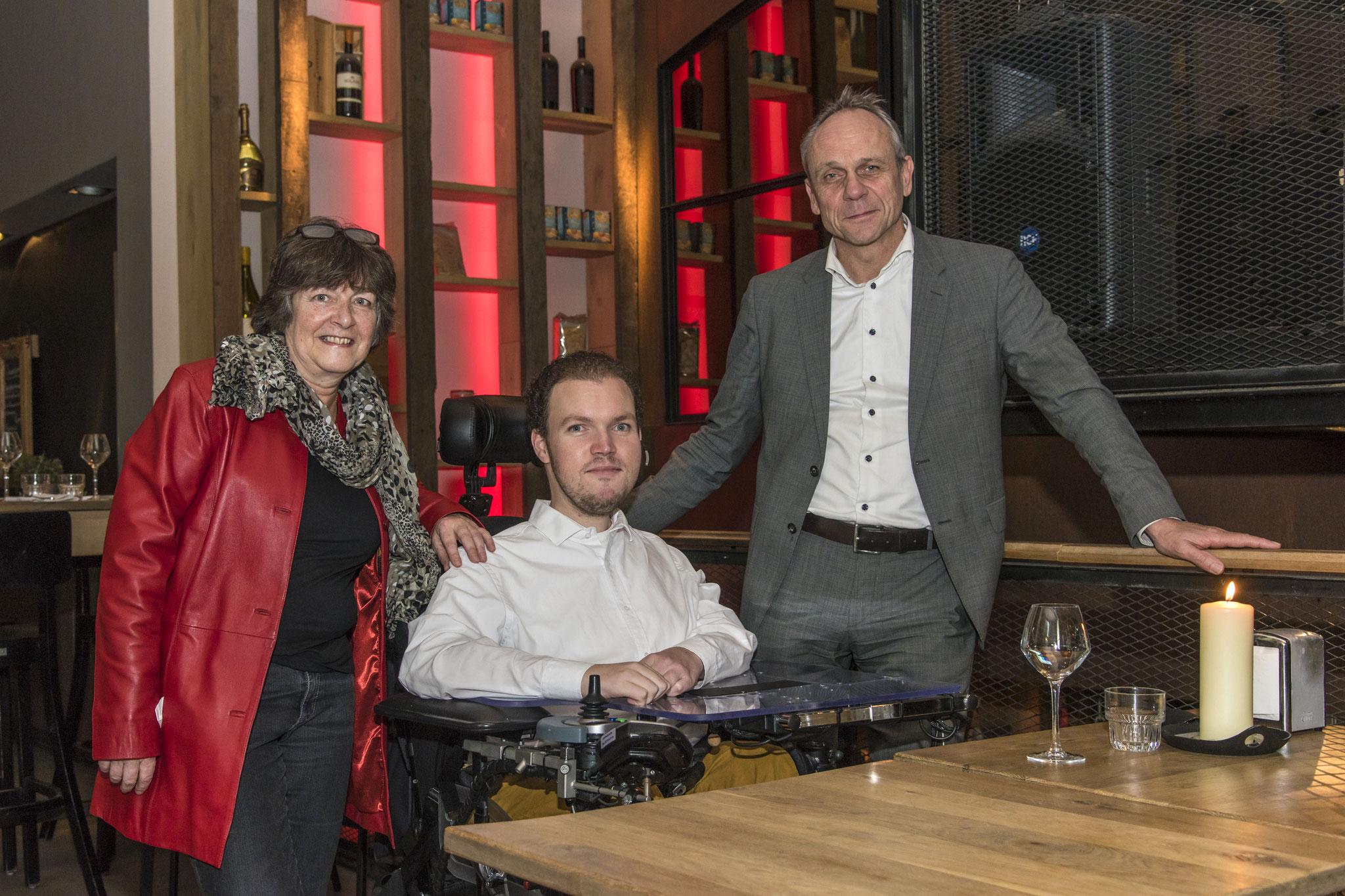 Foto gemaakt bij de ondertekening van de intentieovereenkomst 20 dec. 2017. Van links naar rechts: Loes van Groningen & Martijn van Rees (GewoonWonen), en Christoffel Klap (Ons Doel). Foto is gemaakt door bureau JP