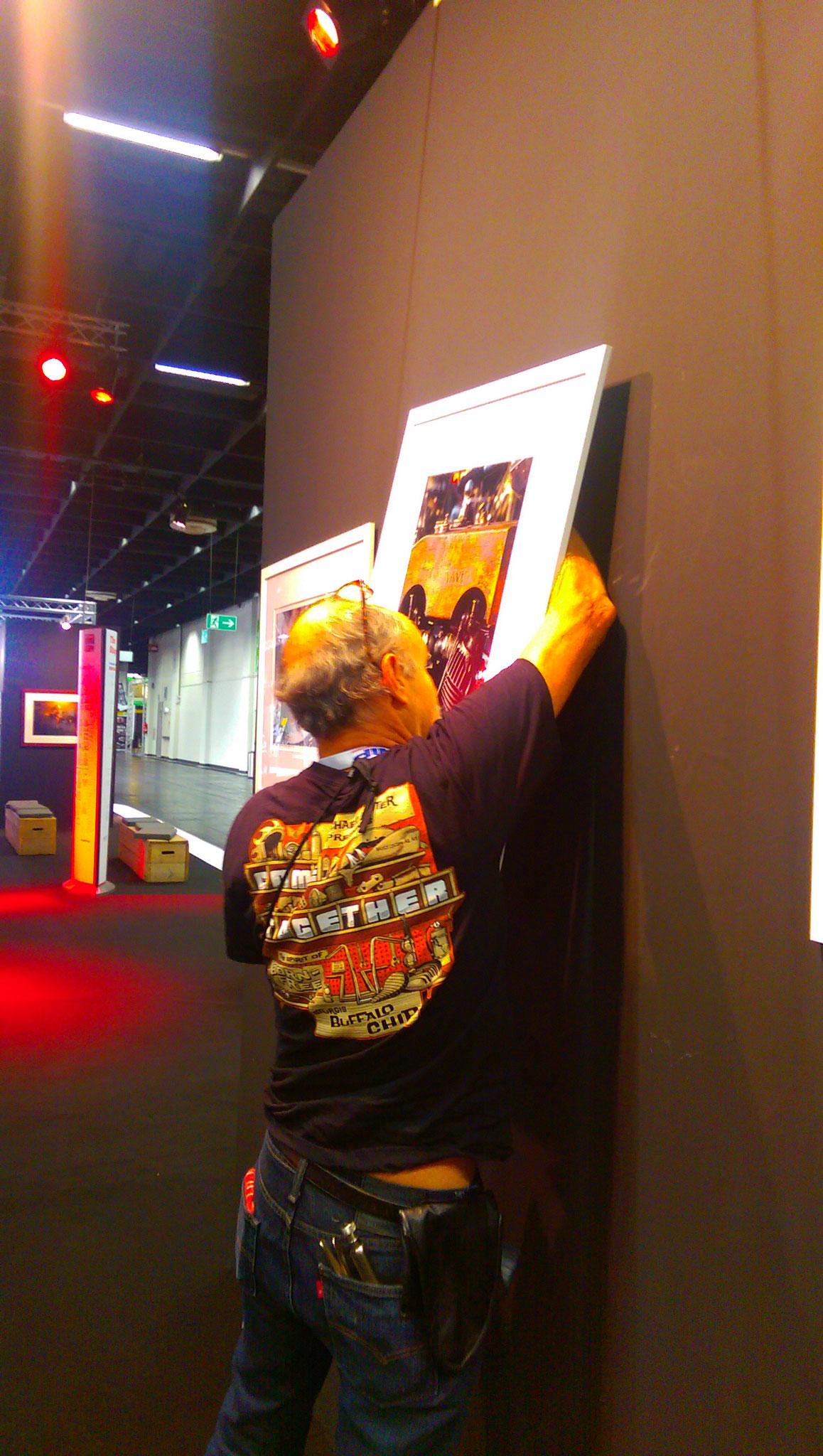 Mein US-Kollege Michael Lichter beim Präparieren seiner Ausstellung