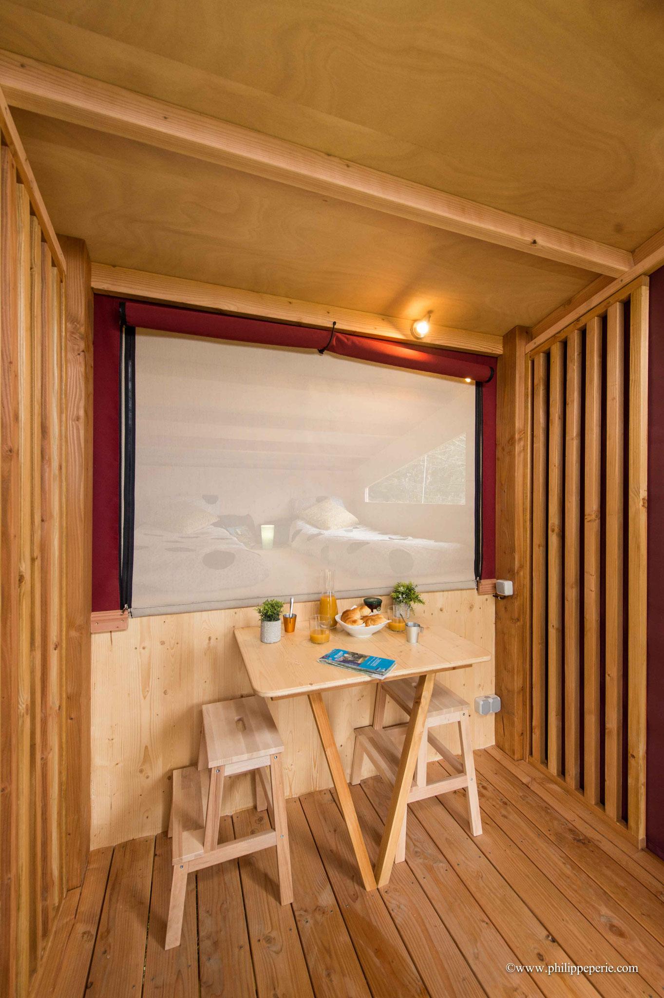 Photo non contractuelle, nos lodges sont vitrées, avec porte et fenêtre