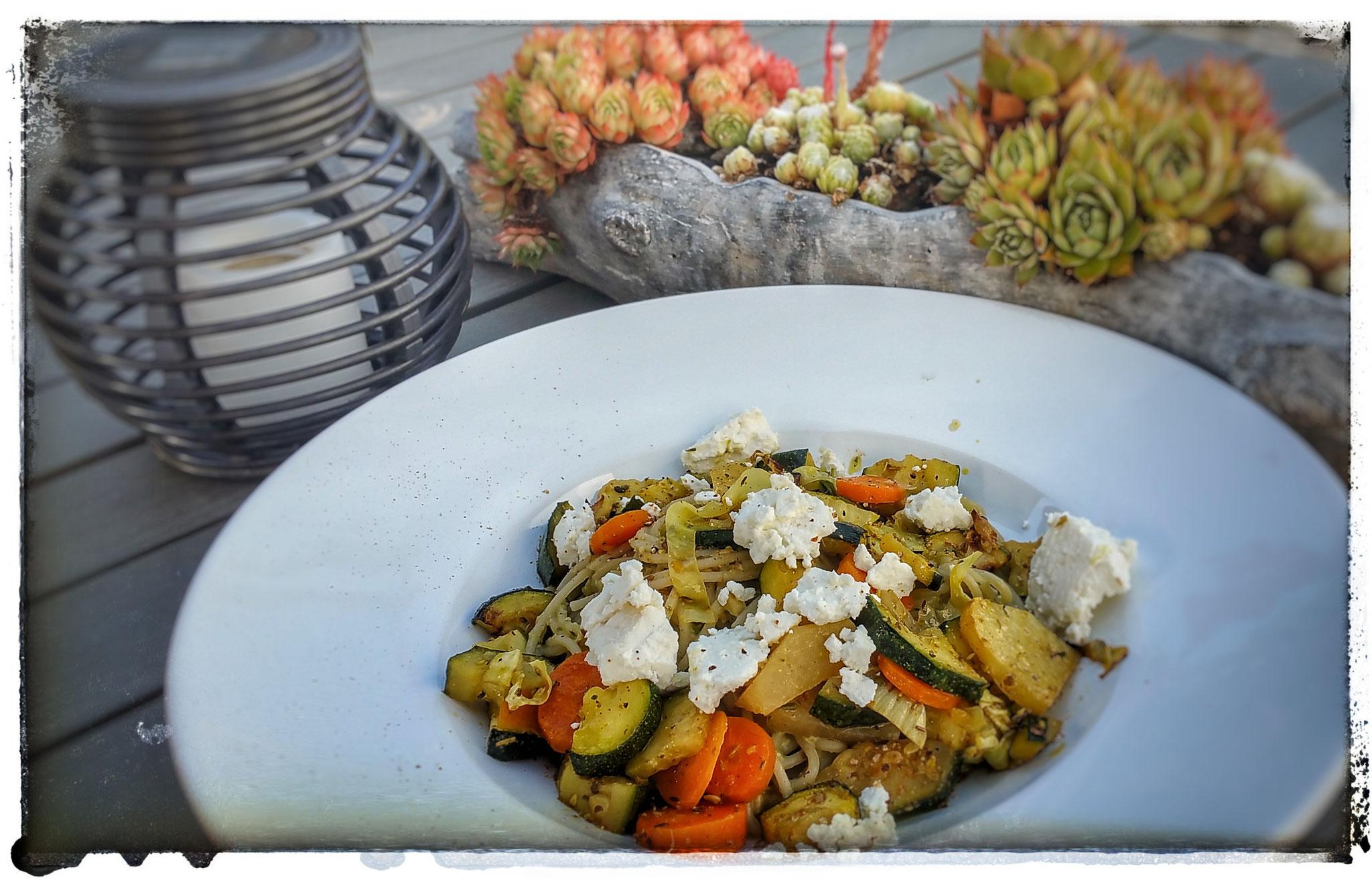 Spaghetti, Möhren, Zucchini mit Topping