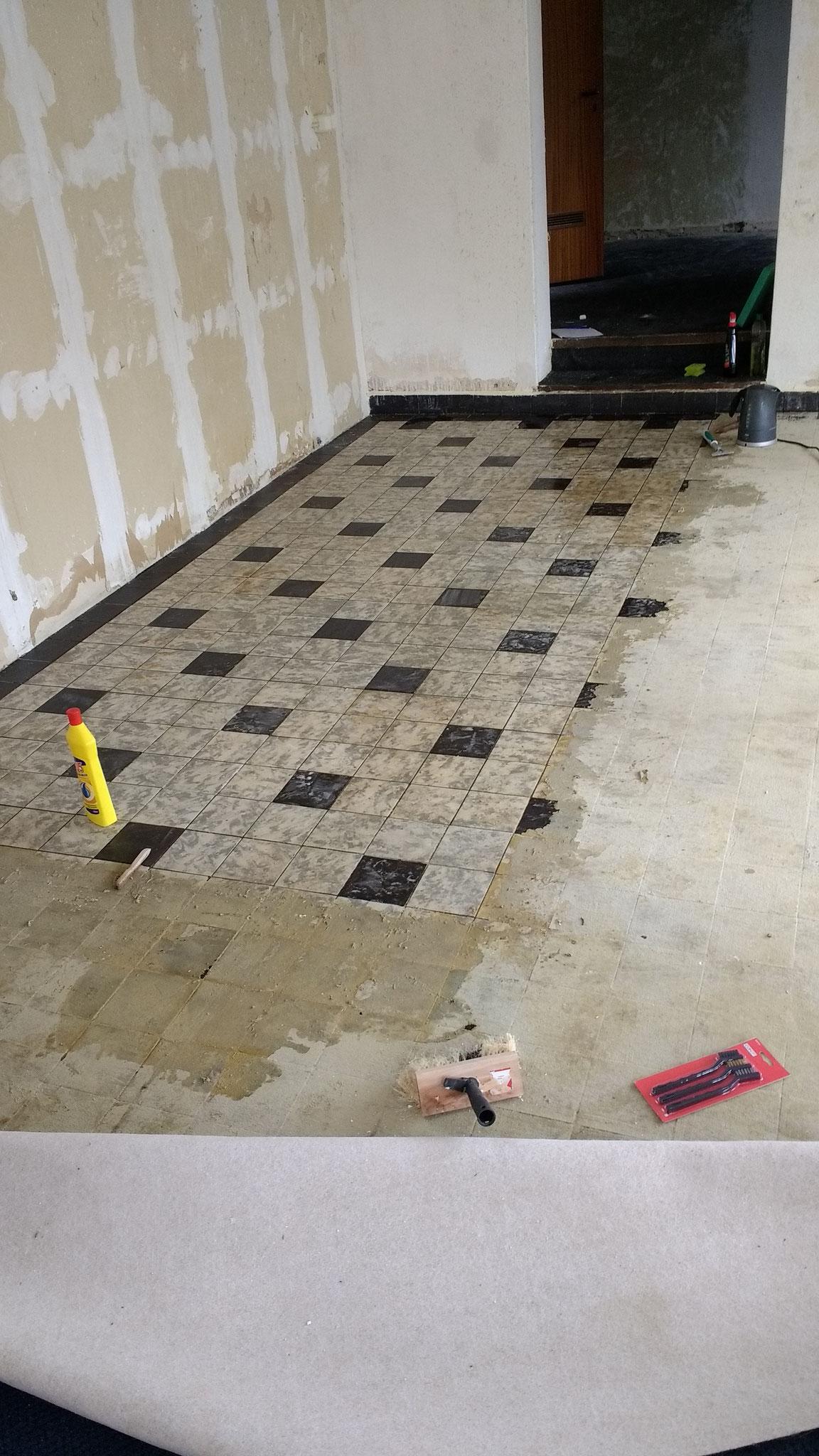 da ist er nun der vollverklebte Teppich auf 50m²... nach 4 Stunden waren 2 m² frei. Und ich knülle. Es muss eine andere Technik her und zwar schnell