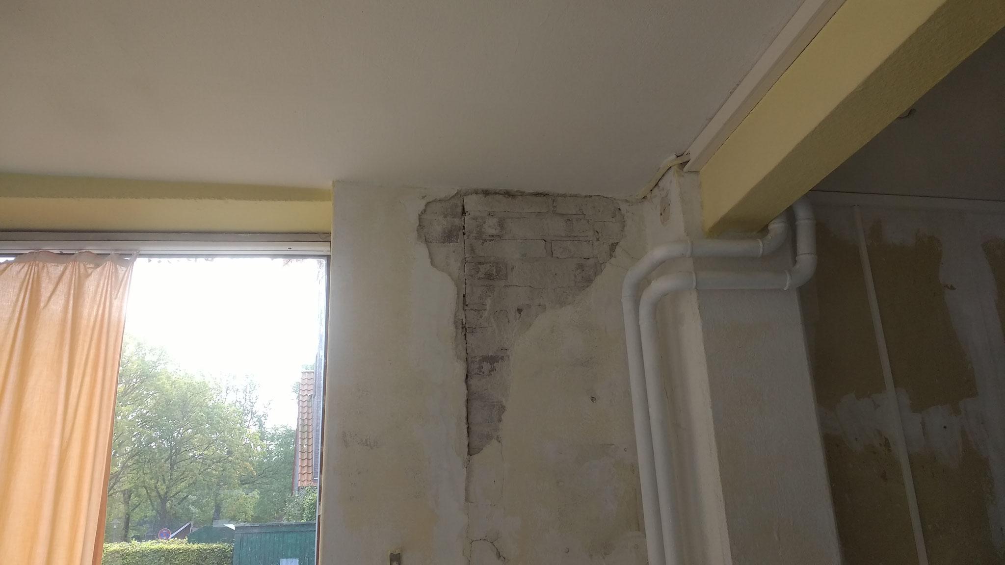 Im Büro hatte mich eine kleine Unebenheit in der Wand gestört, wollte nur eine ebene Fläche schleifen... Da kommt mir einfach 1 m² Wand entgegen. Mörteln habe ich gelernt jetzt kommt Gipsen noch dazu...