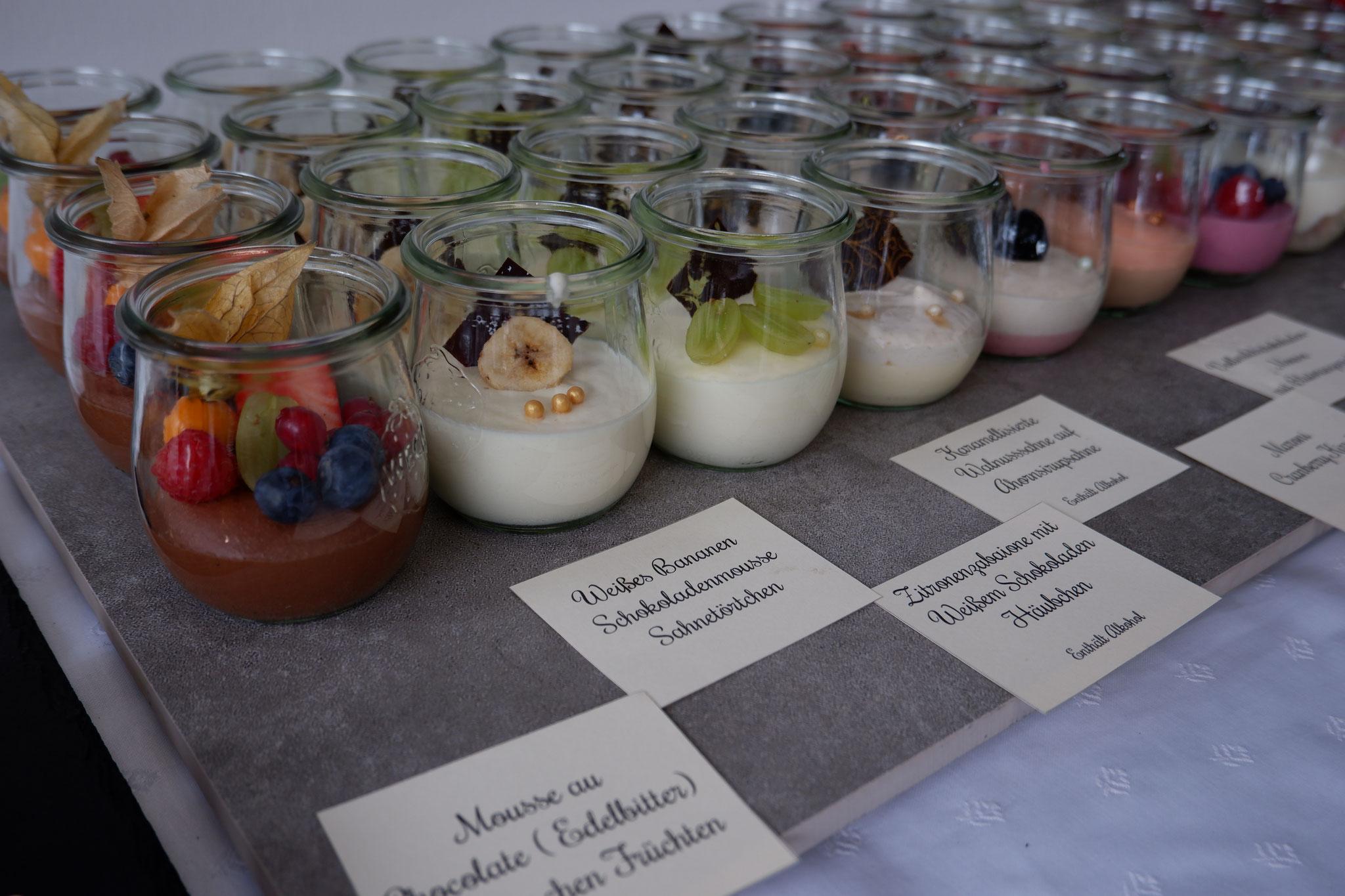 Die Dessertgläser mit Sahnefüllung