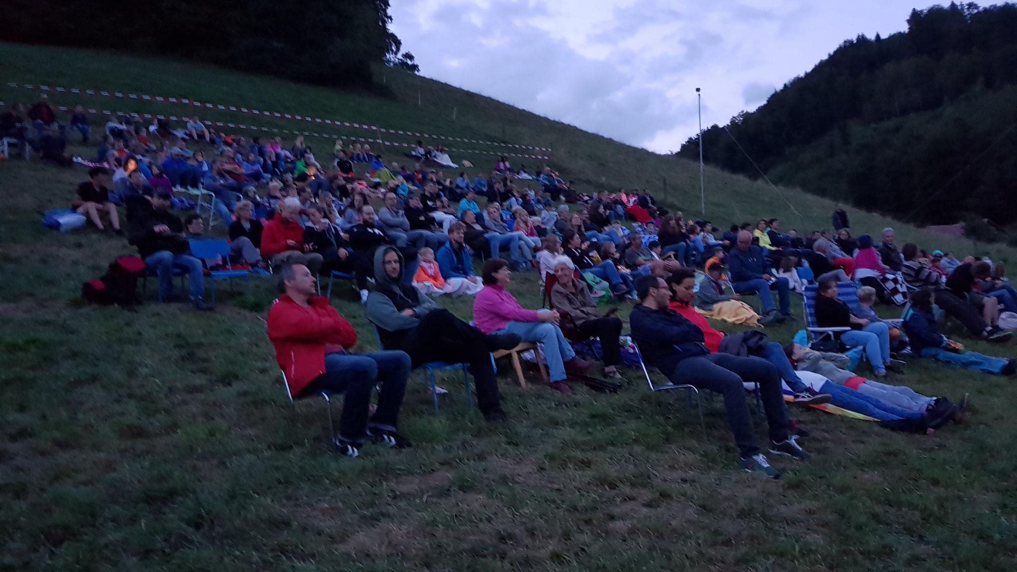 Gespannt warten die Zuschauer auf den Filmbeginn