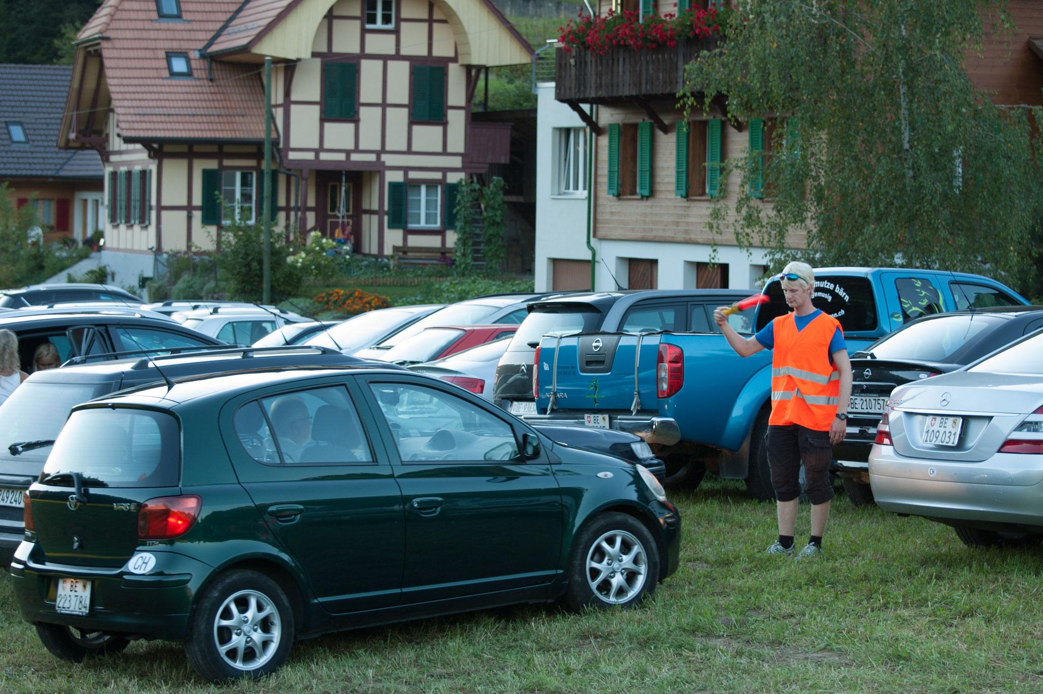 Am Freitag sind die Parkeinweiser gefordert, damit alle einen Platz finden