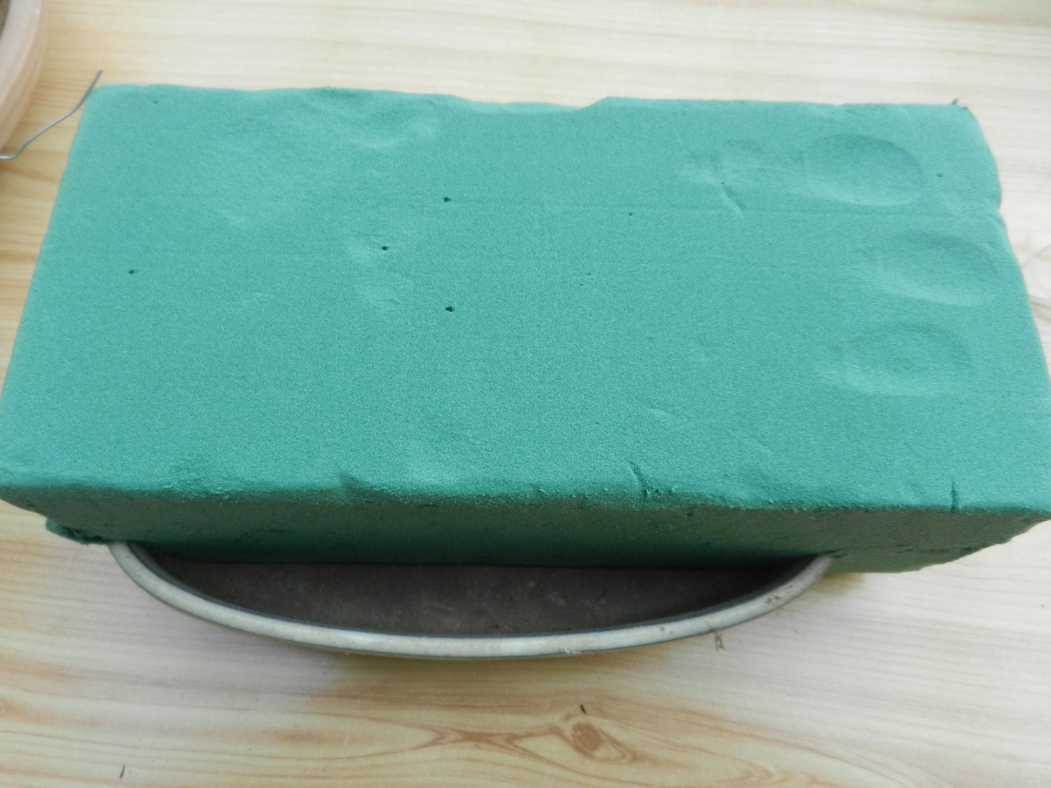 Posez le bloc de mousse sur le récipient