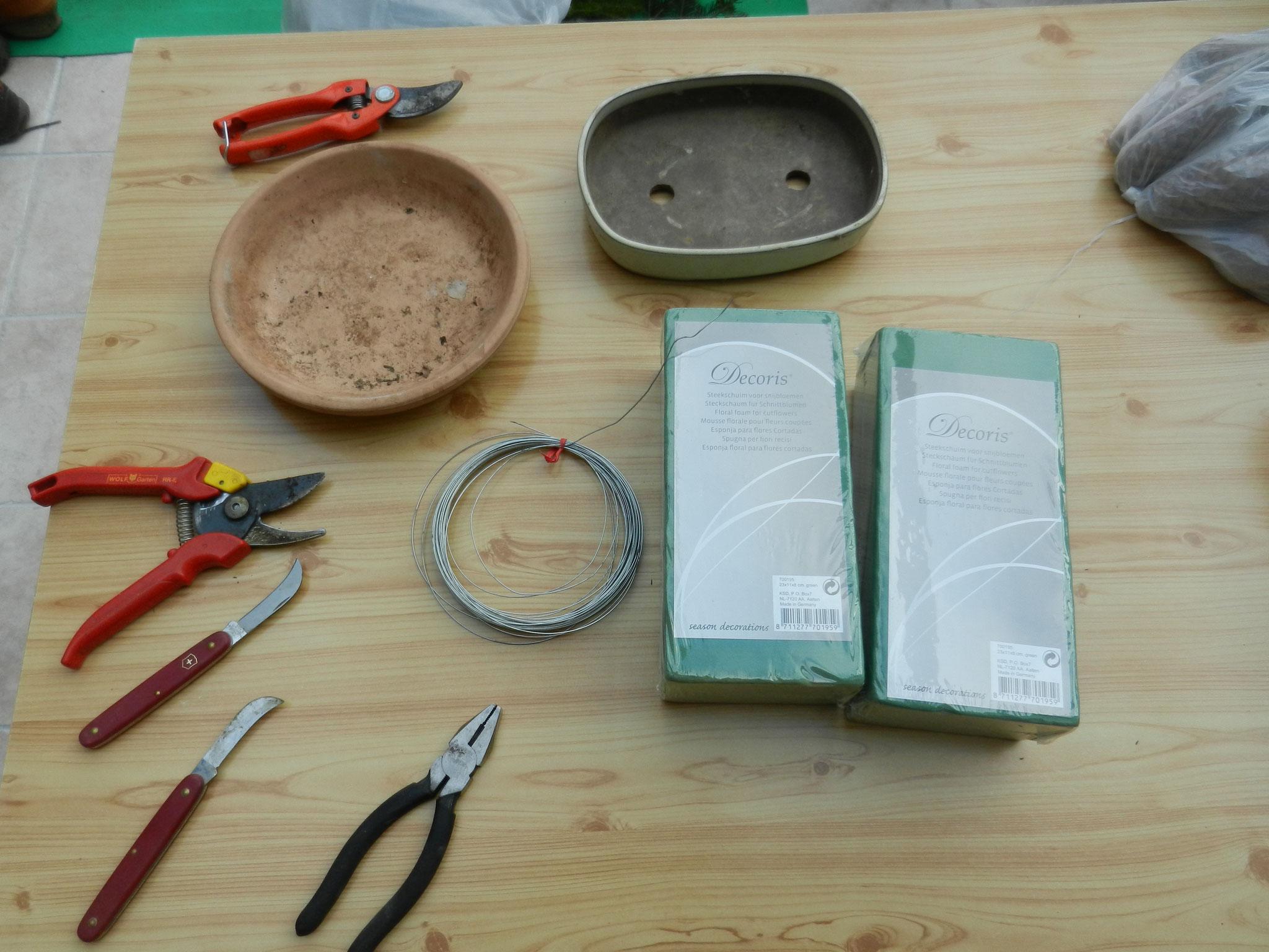 Les outils, sécateur, fil de fer mousse