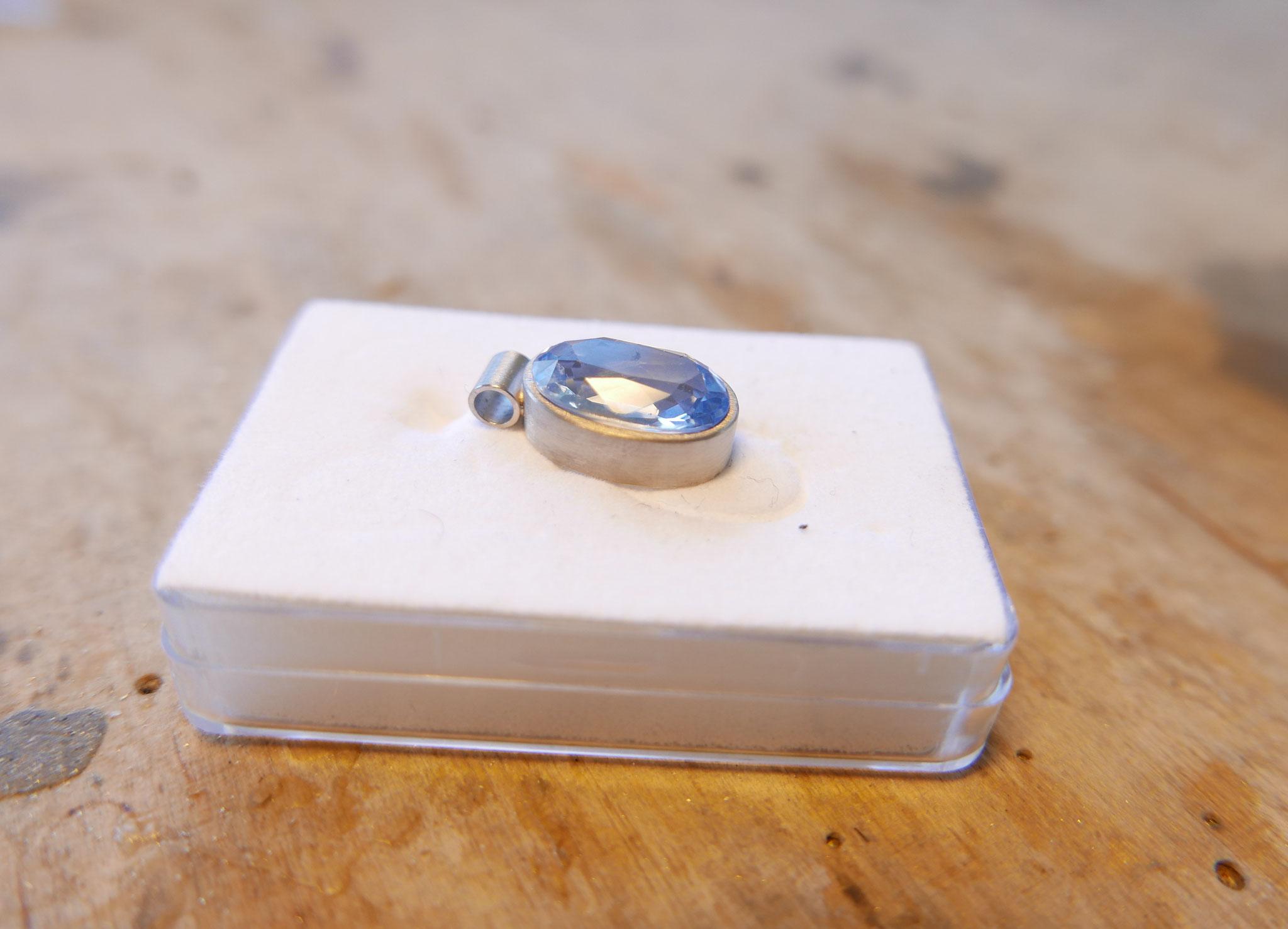 FERTIG nun fasst der Edelsteinfasser  den Stein sicher ein. Das Schmuckstück wird rhodiniert, damit es den besonderen weißen Glanz erhält.