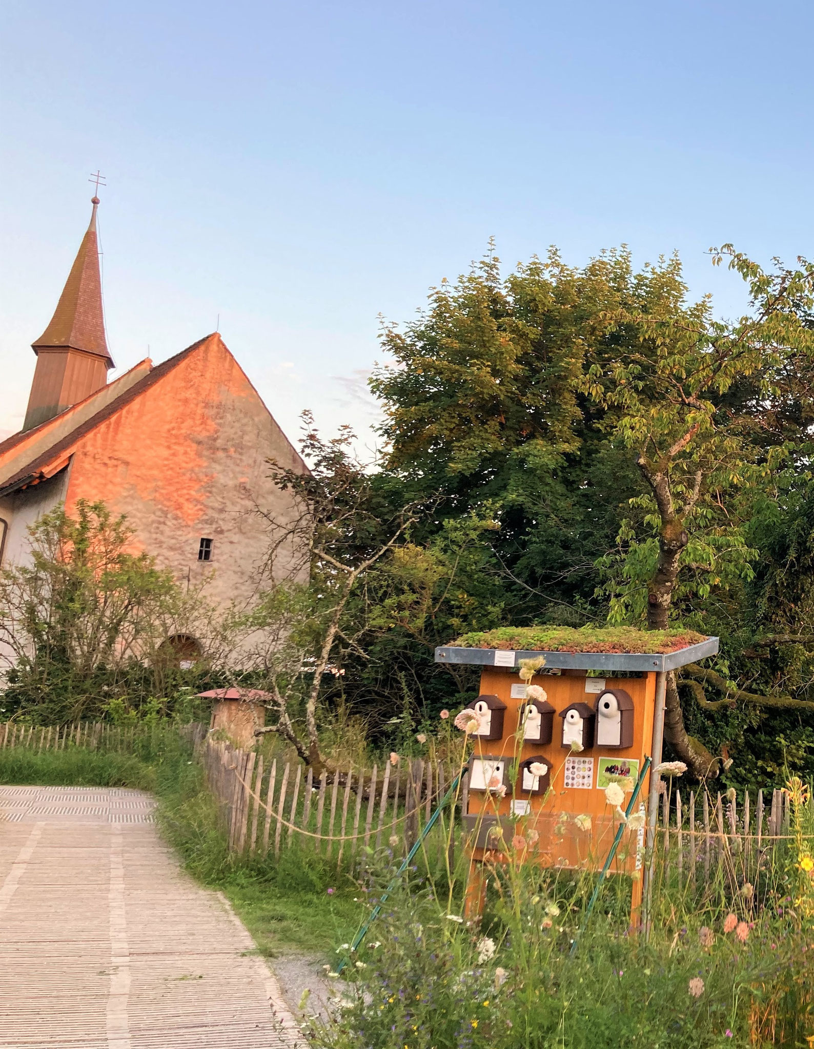 Modelle von Vogelnistkästen vor 1200-jähriger Silvesterkapelle