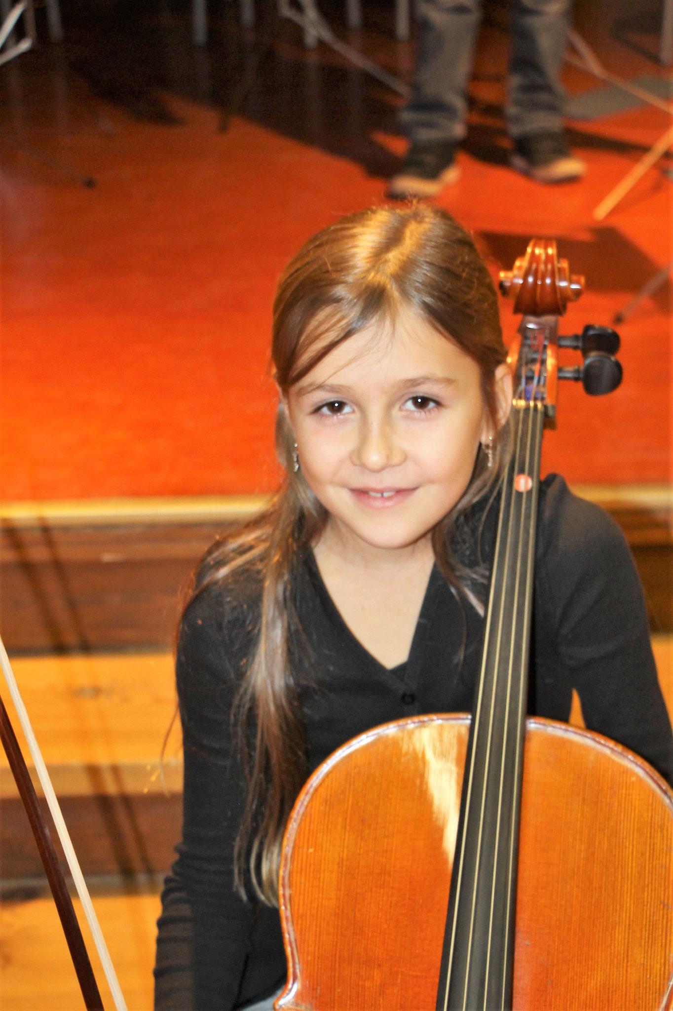 Cellistin aus der Streicherklasse 16-18