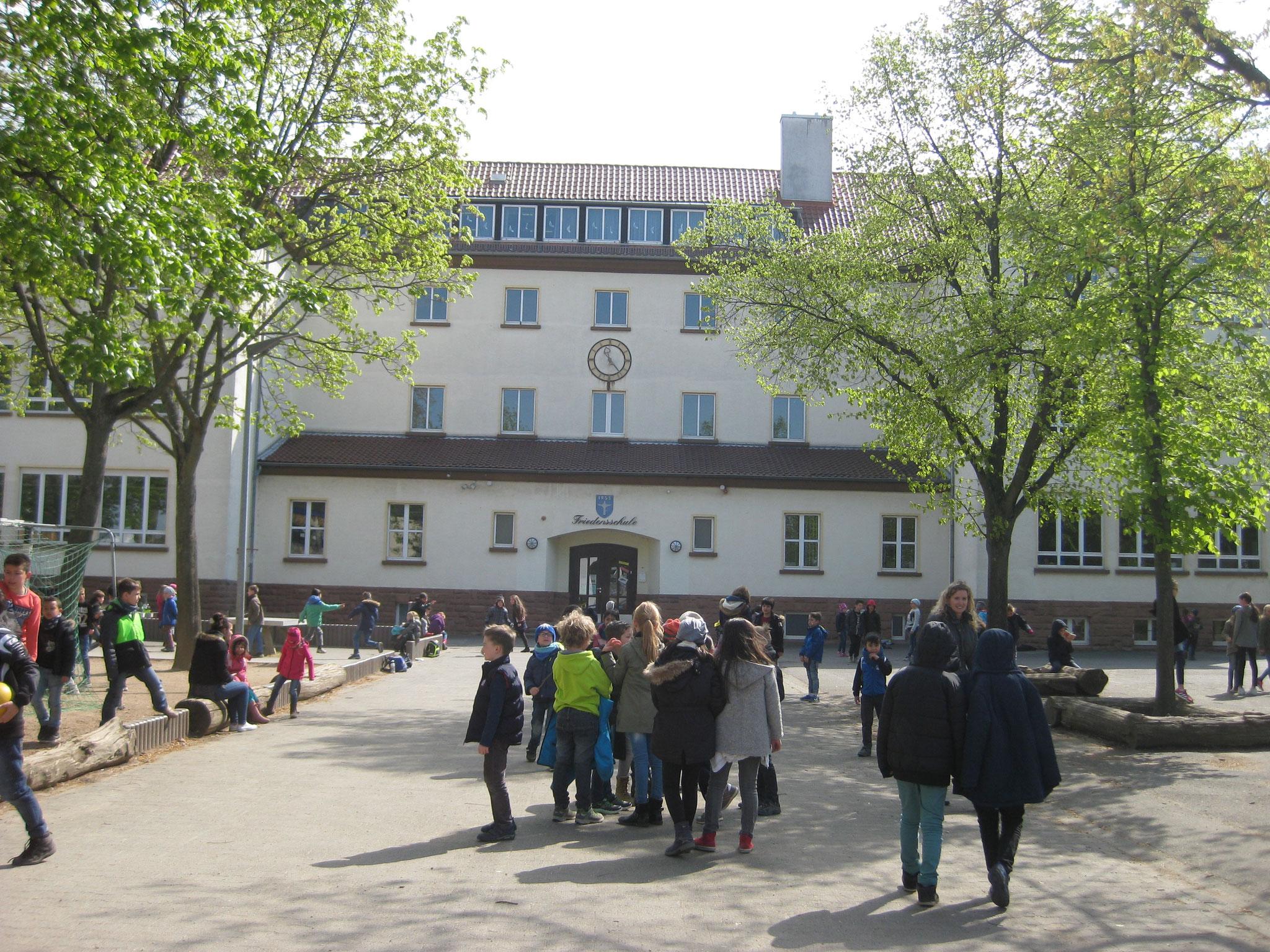 Unsere Schule mit Schulhof