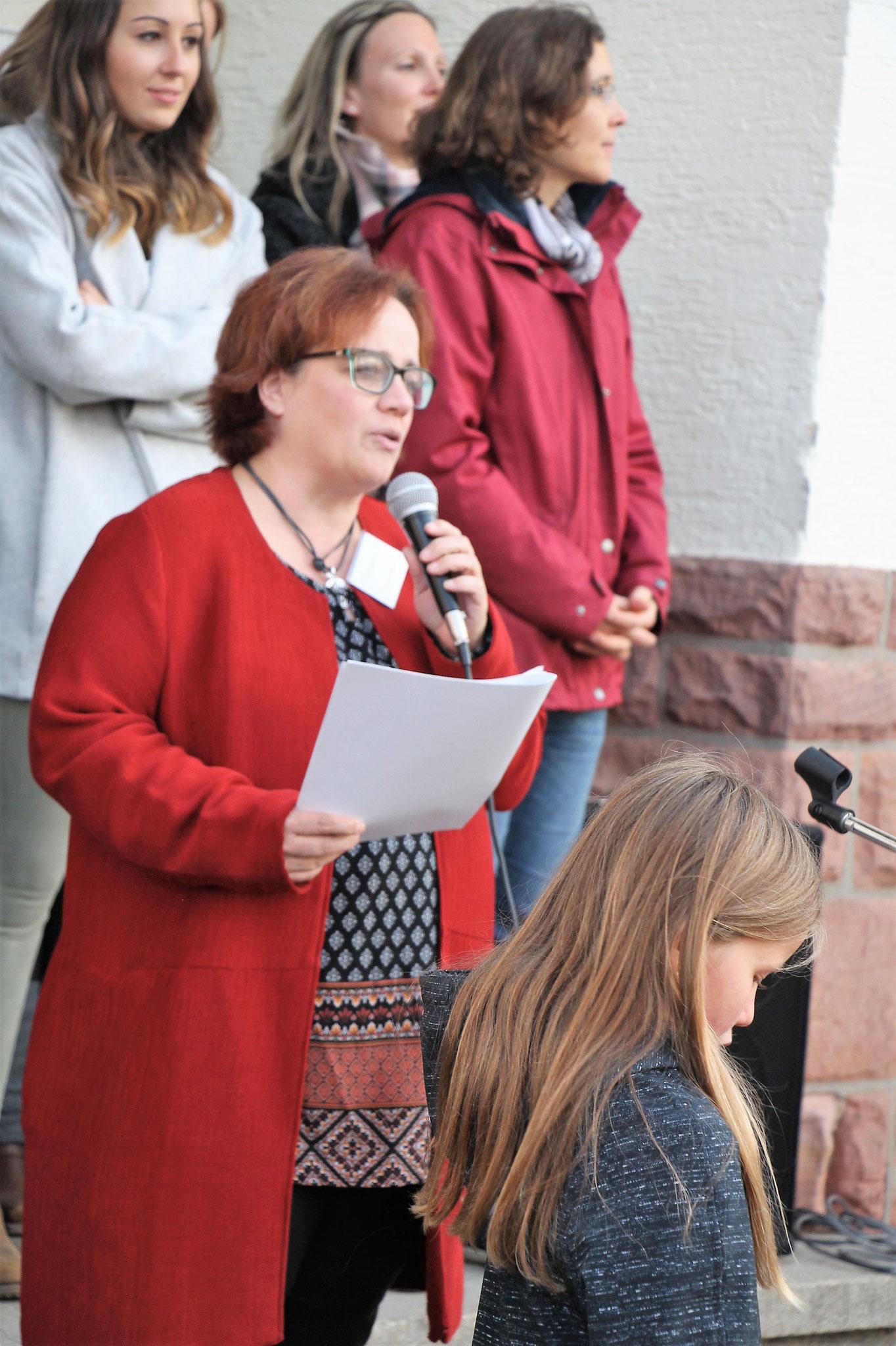 Frau Müller eröffnet unser Bücherfest.