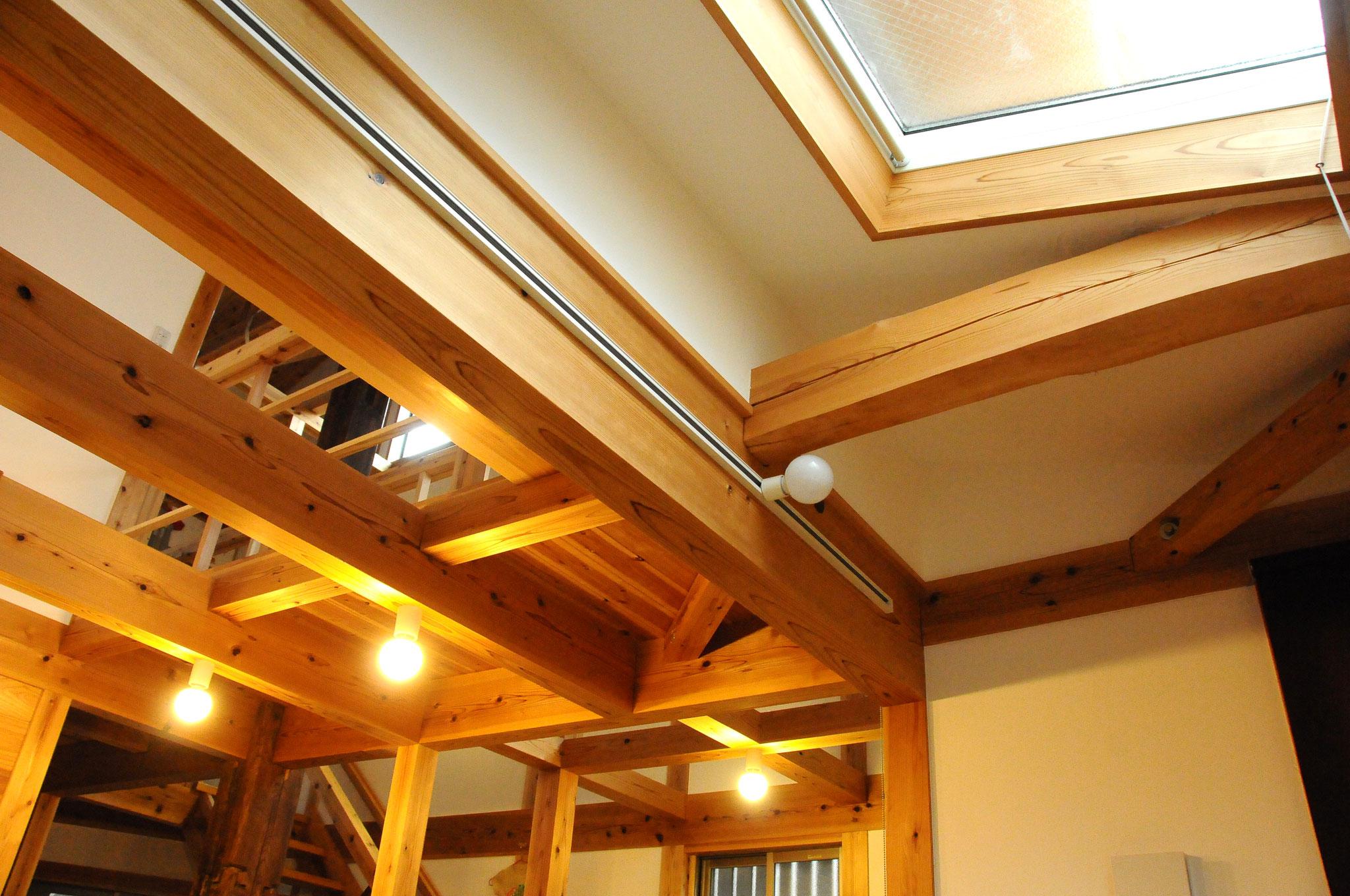 漆喰勾配天井+トップライト