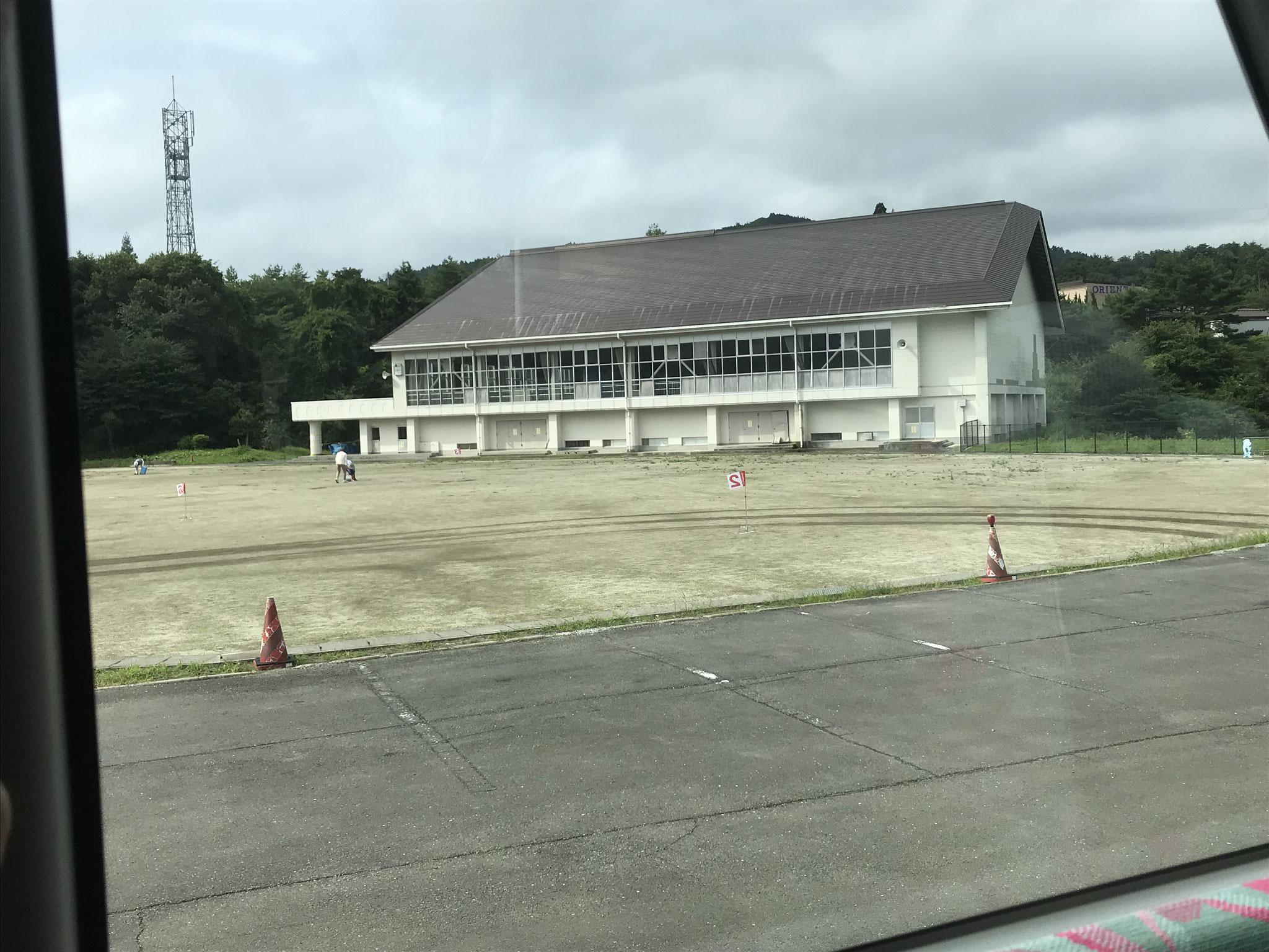 戸村中学校の体育館。高台に建っています