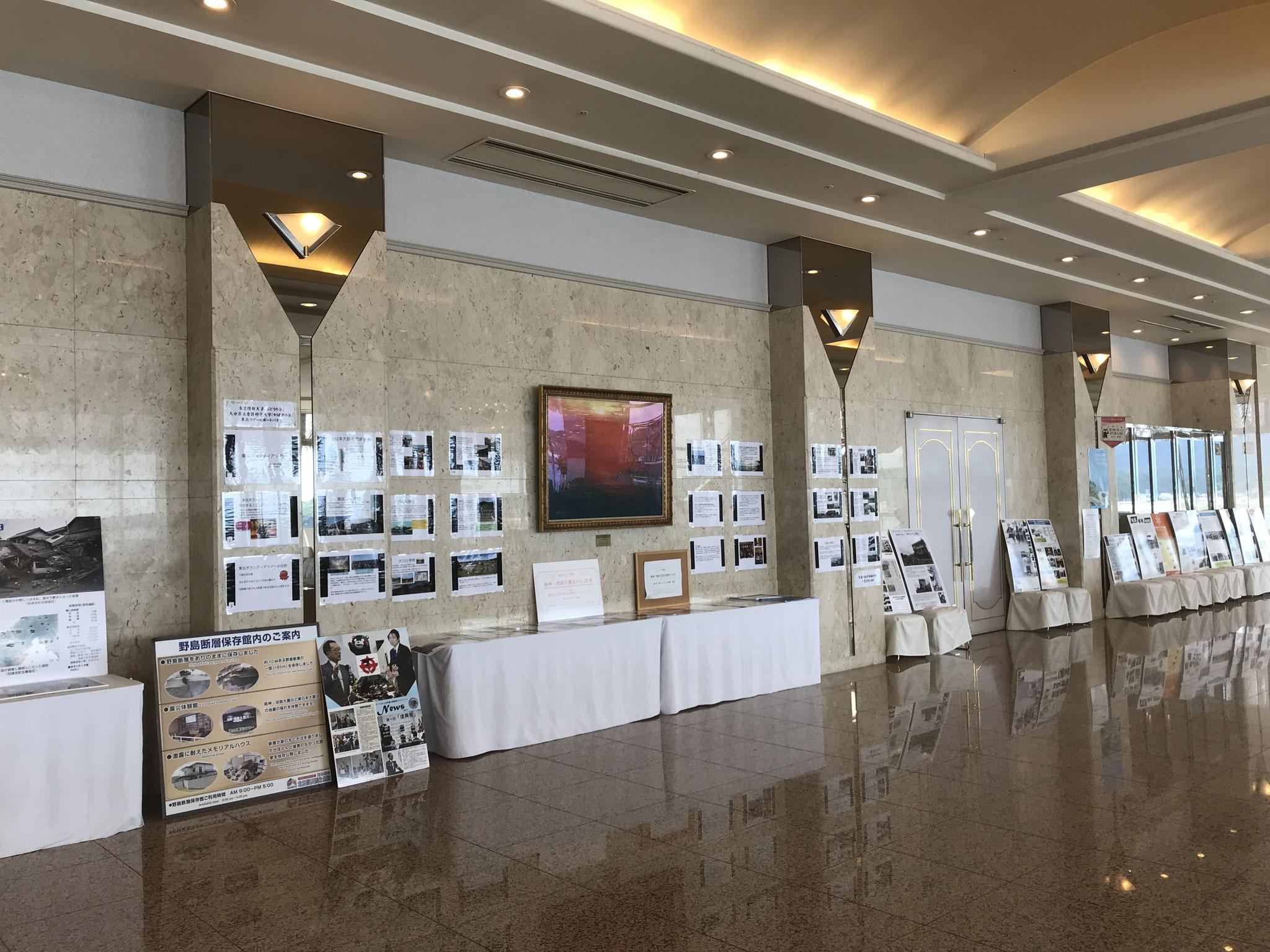 ホテル観洋のロビー。震災の記録を展示しています