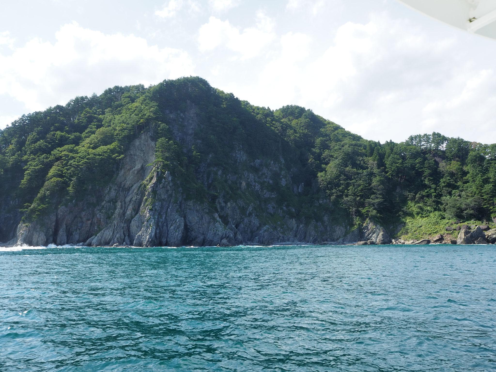 北山崎断崖クルーズ。高さ200mのそびえ立つ断崖を海から眺める景色は壮観!