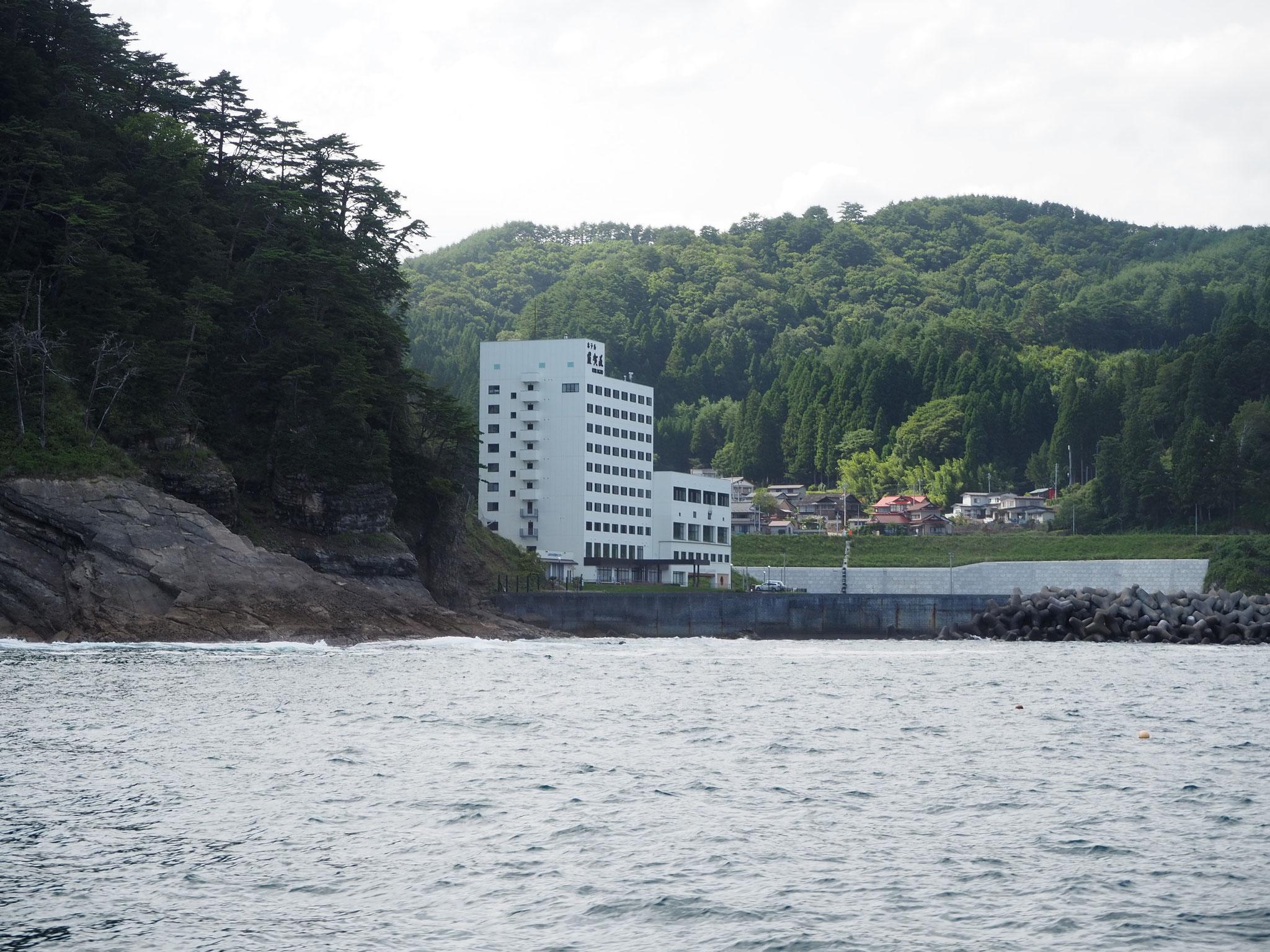 北山崎断崖クルーズ。白い建物が今夜泊まるホテル羅賀荘