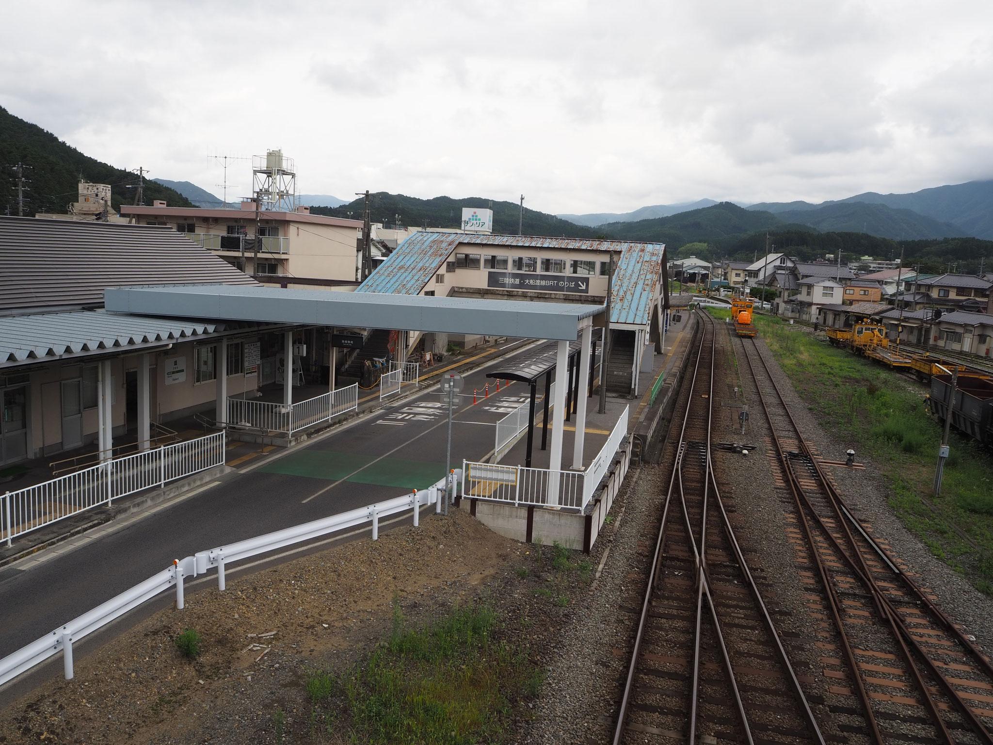 三陸鉄道リアス線の始発駅の盛駅。左がBRT、右が三陸鉄道の線路