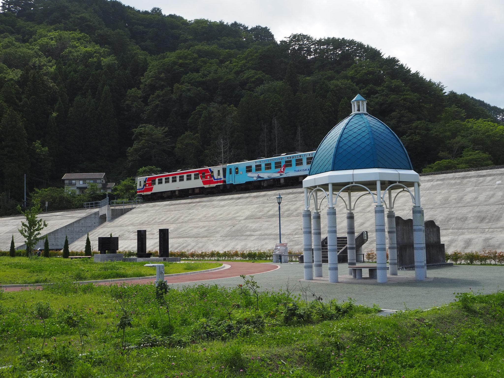 手前に見えるのは、旧駅舎のドーム型の屋根の部分