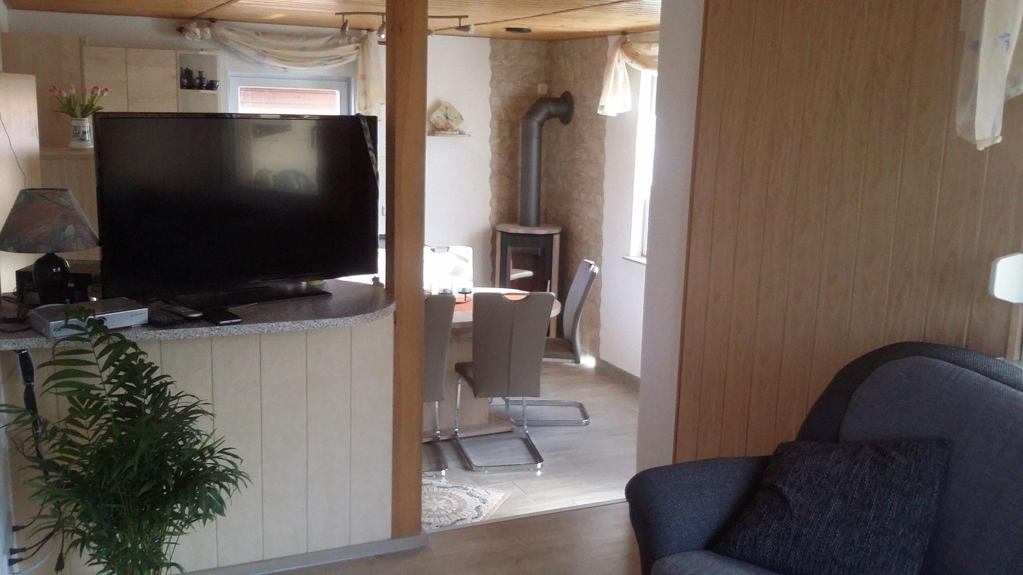 Blick vom Wohnzimme in die Wohnküche mit Kamin Haus 25