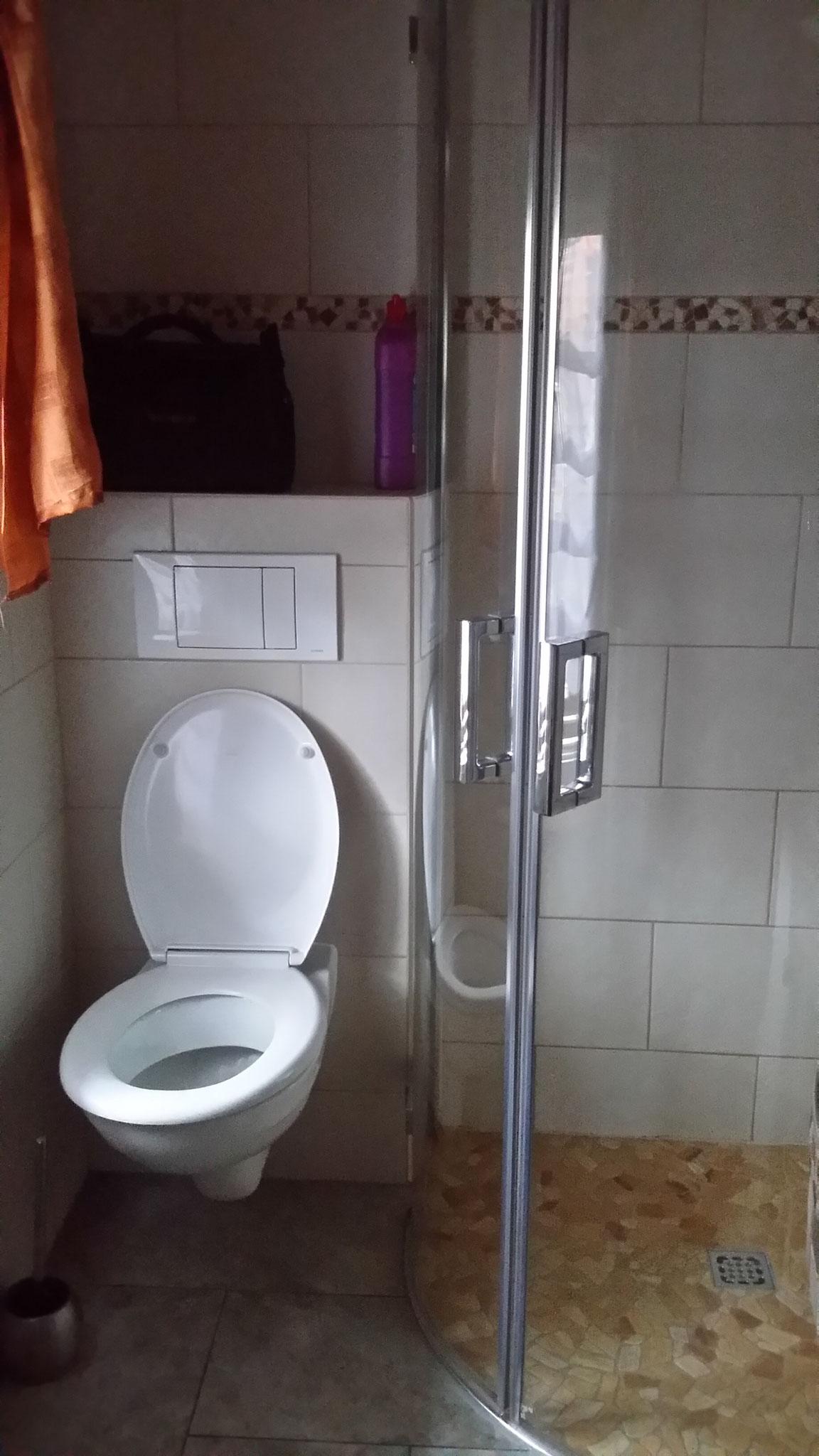 Bad mit Dusche und WC Haus 1