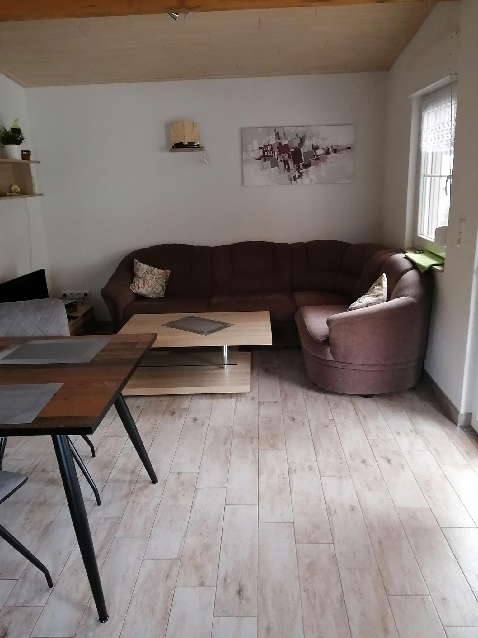 Blick von der Küchenzeile zur Couch