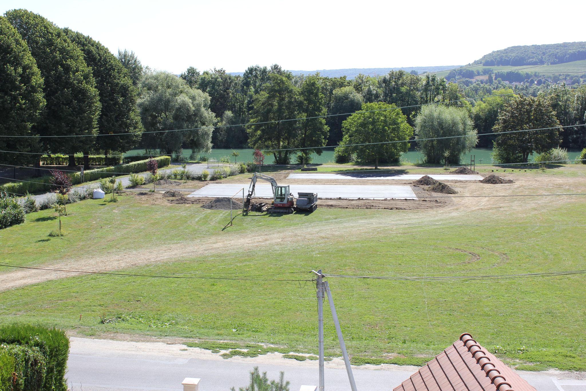 L'aire de jeux a grignoté une partie du terrain de football.