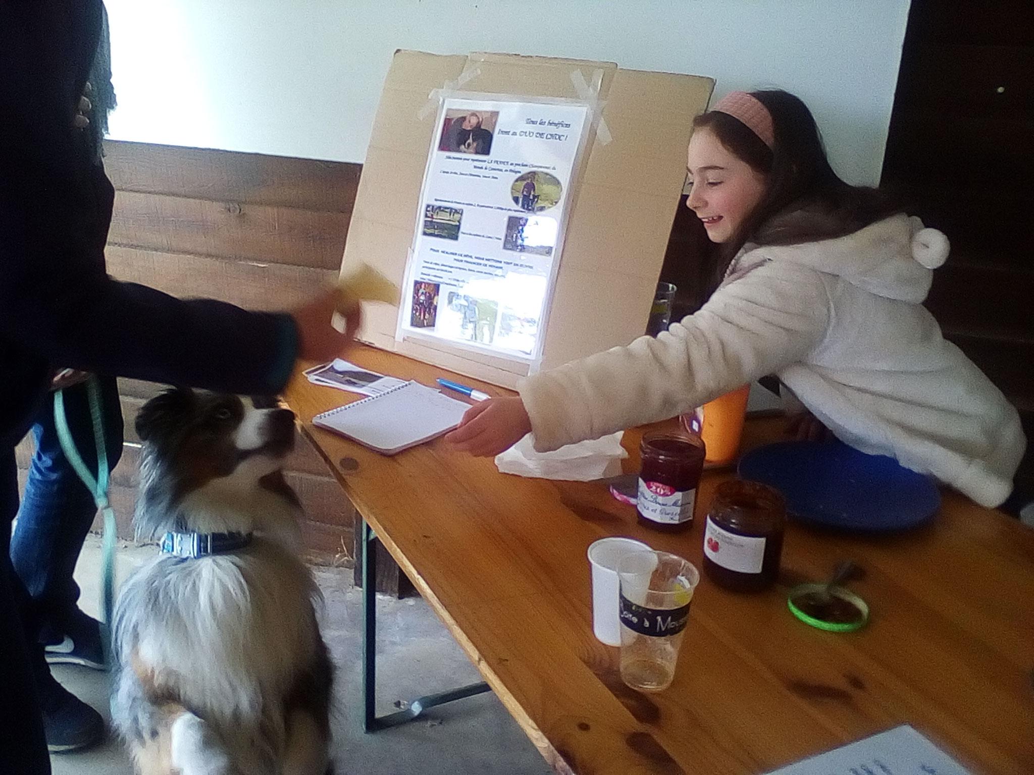 Clémentine et H'Zeus vendent des crêpes lors du concours d'obéissance de Bucy-le-Long (02).