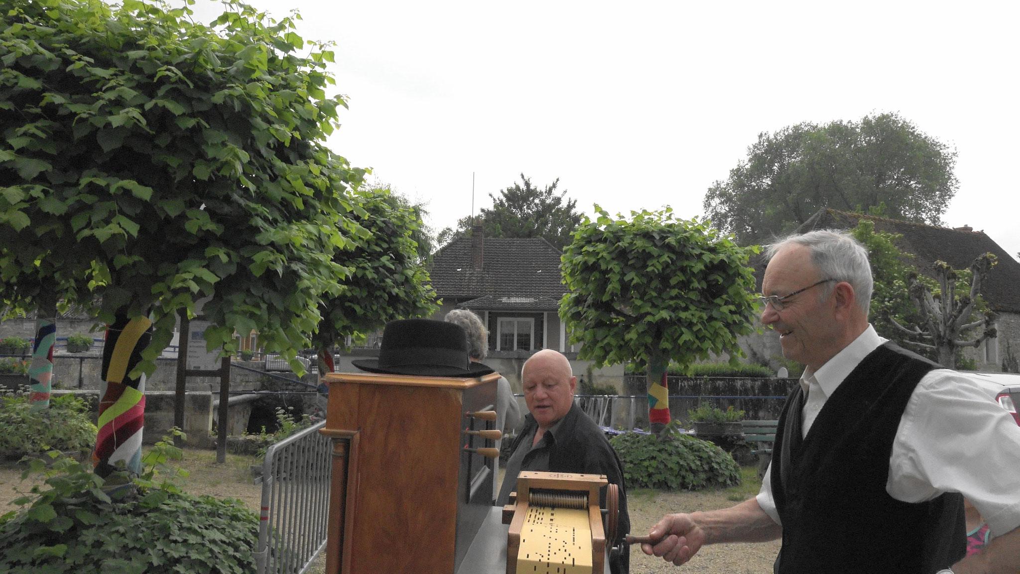 Ils sont inséparables : Alix Benoist et son orgue de Barbarie.